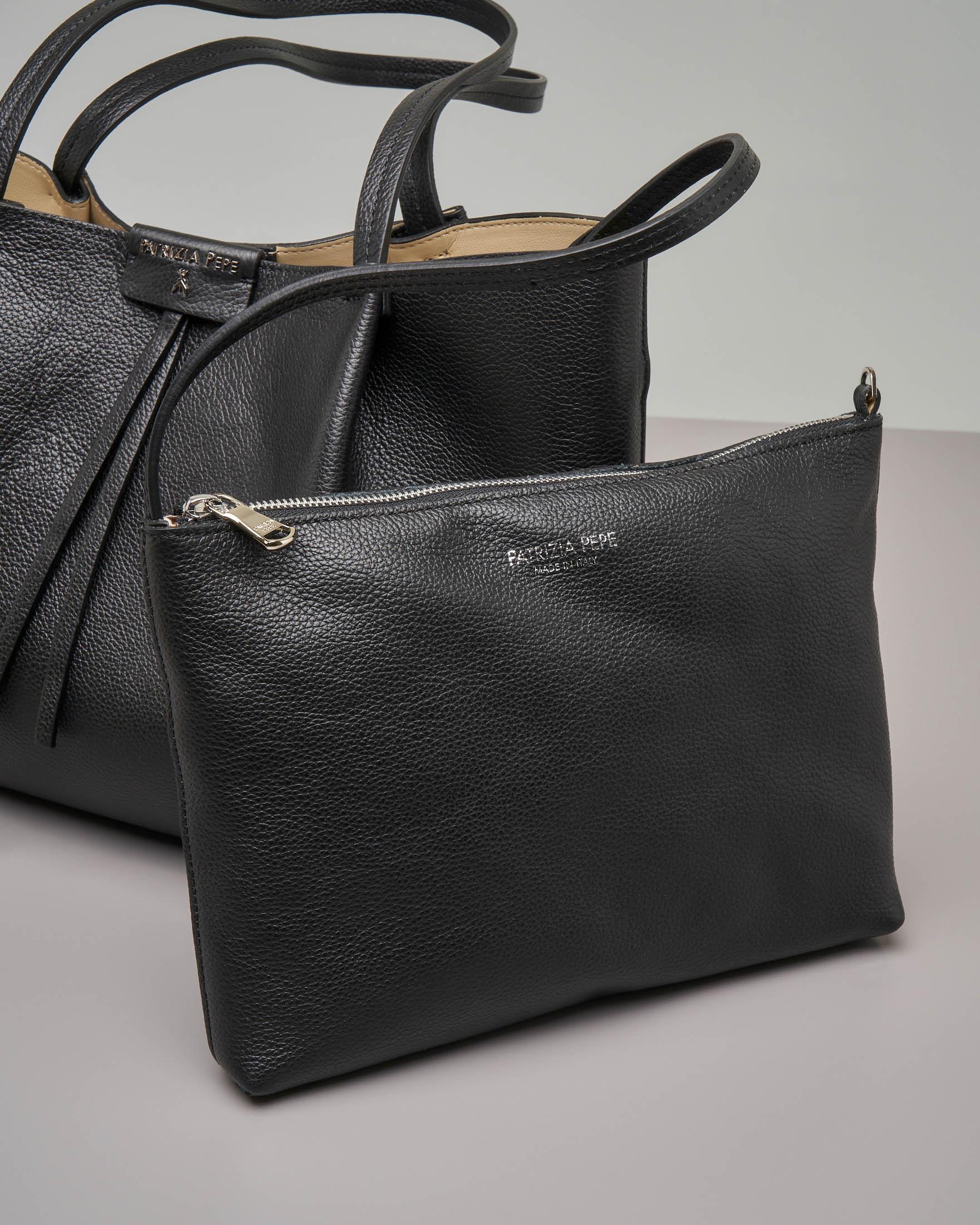 00532fd070 Shopping bag nera in pelle di vitello martellata con pochette interna ·  Patrizia Pepe