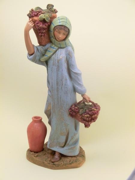 Donna con cesti di uva cm 30