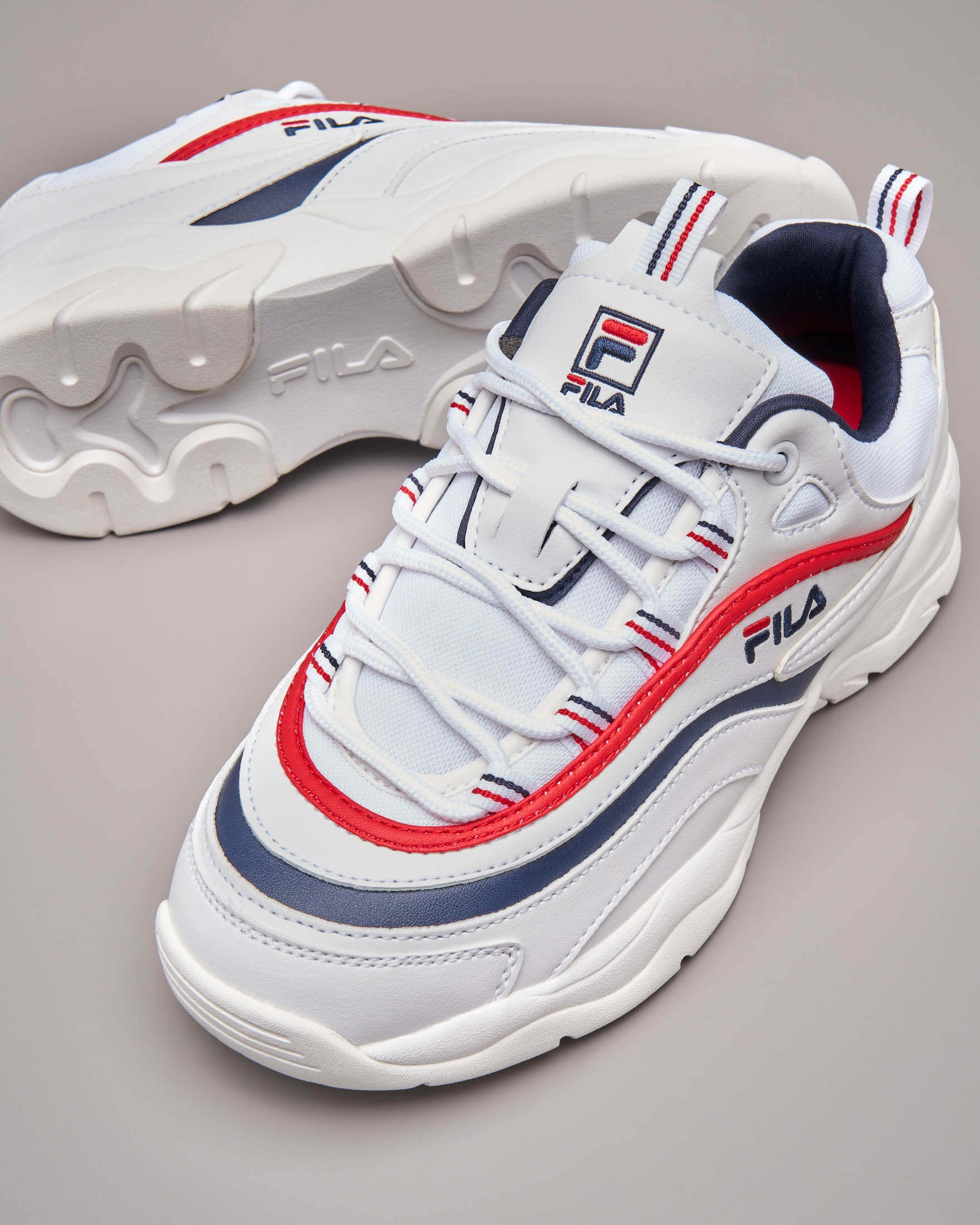 Sneaker Fila Ray low bianche con rifiniture rosse e blu | Pellizzari E-commerce