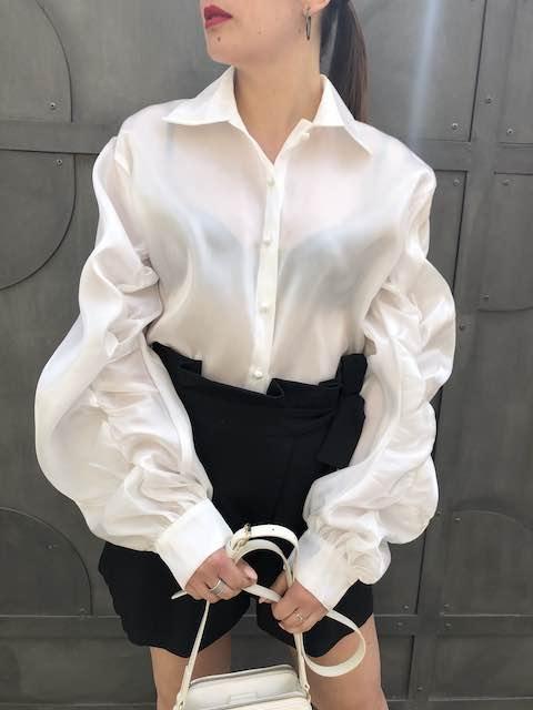 Camicia in raso con maniche a sbuffo