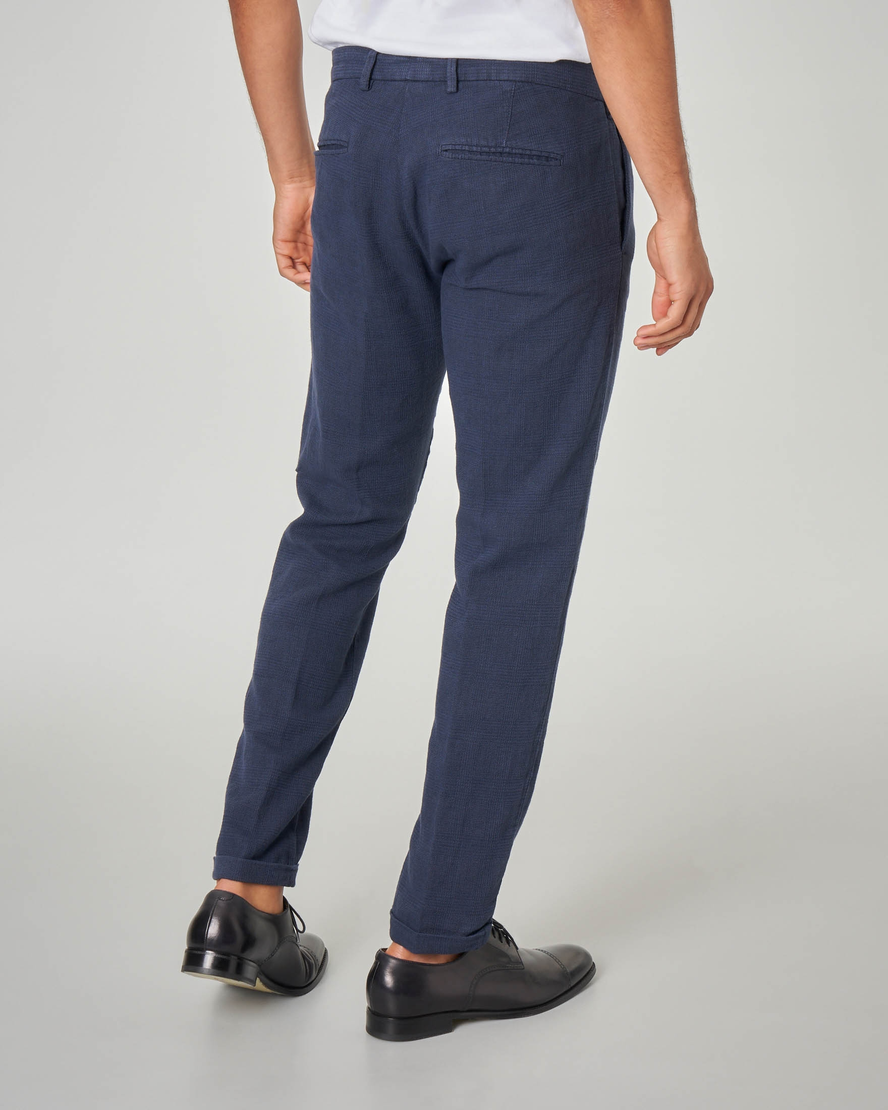 Pantalone in principe di Galles blu con una pince in lino e cotone