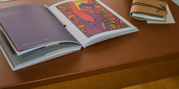"""Sottomano da scrivania Urania Deluxe Naturale di Eglooh con profilo a """"L"""" per la massima stabilità"""