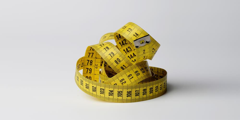 Metro da sarto per evidenziare dimensioni personalizzate al millimetro