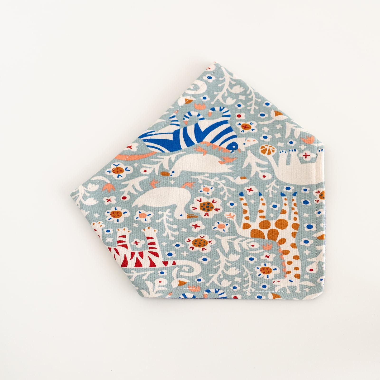 Bavaglino in cotone biologico modello bandana fantasia tigre blu