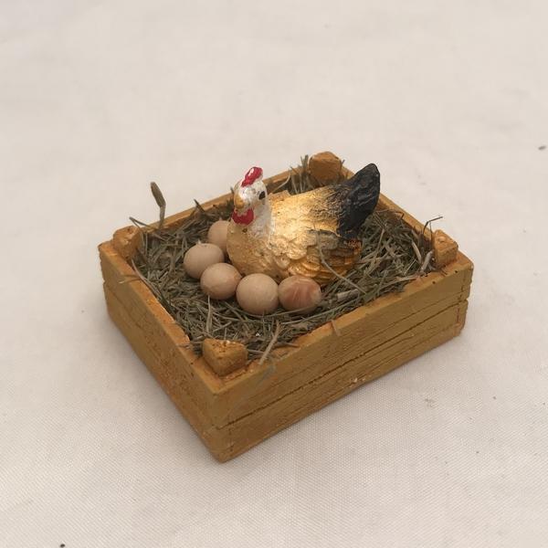 Cassetta con gallina e uova