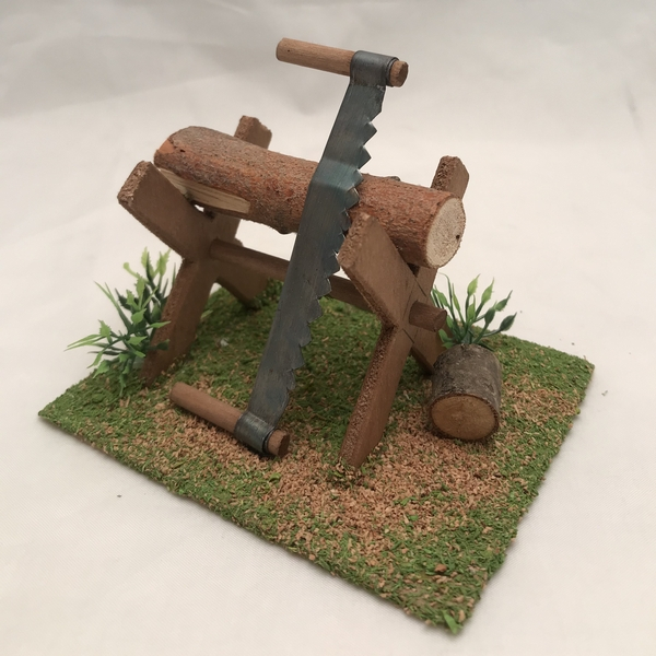 Treppiede con legna e sega