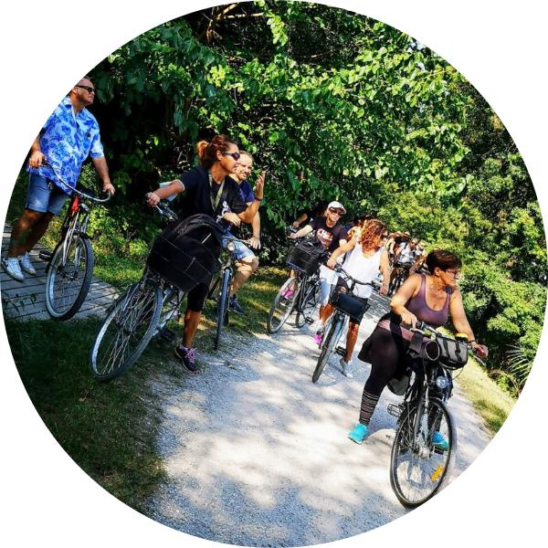 Annalisa accompagna un gruppo lungo la Greenway del Sile a Treviso