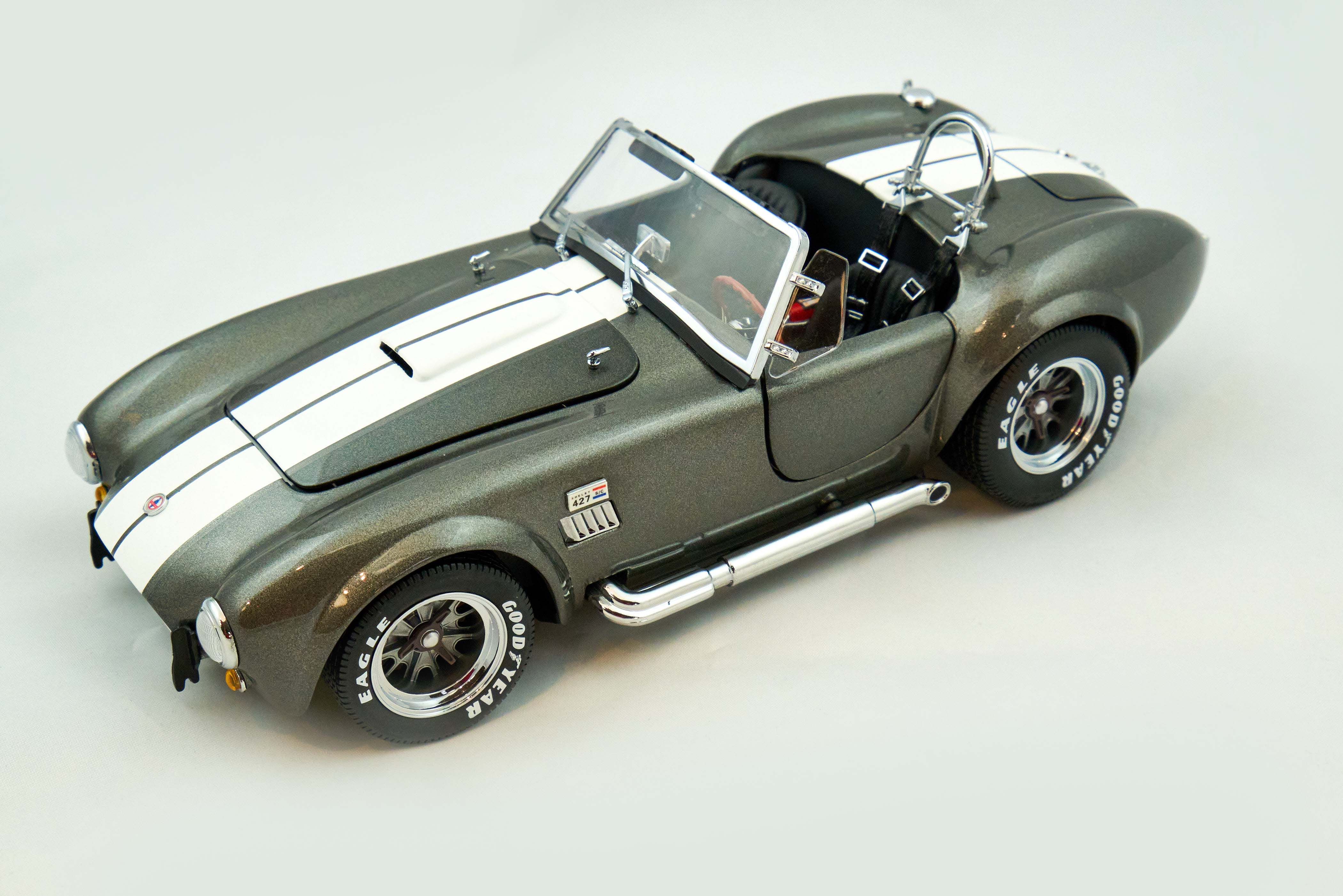 Shelby Cobra 427/C Grey/White Stripe 1/18 Kyosho
