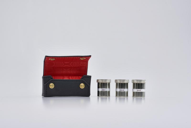 Tre vasetti metallo per oli santi con custodia