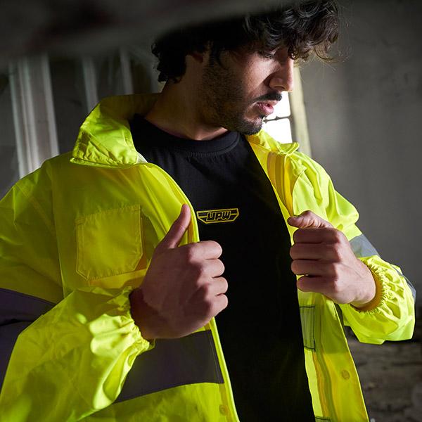 upw-modello-indossa-kway-giallo-con-applicazioni-catarifrangenti-e-t-shirt-nera-oversize-con-stampa-su-manica