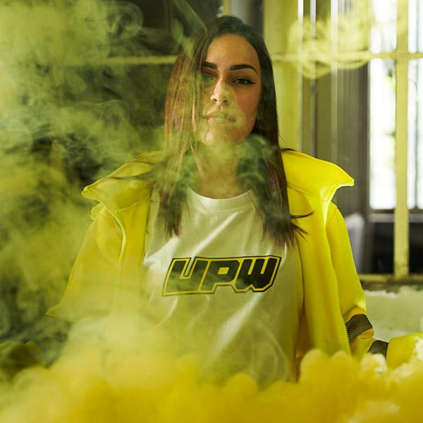 upw-modella-indossa-zipped-hoodie-gialla-e-t-shirt-bianca-oversize