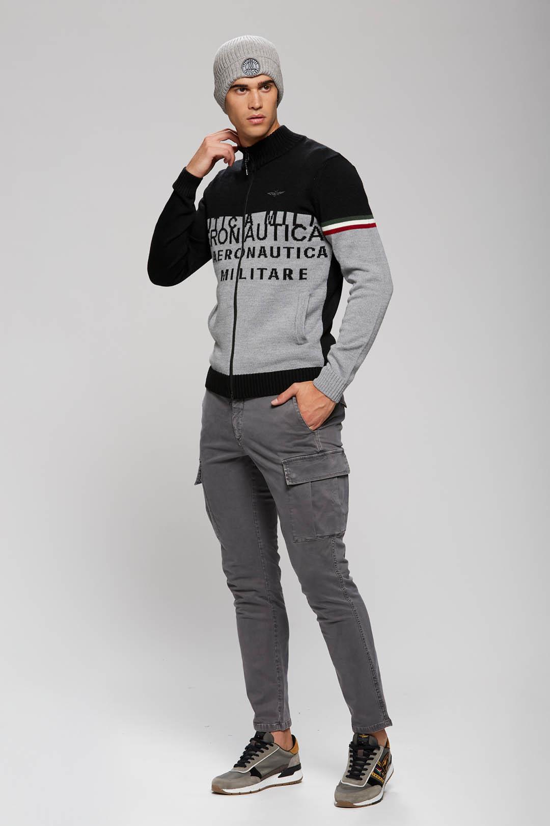 Zweifarbiger Pullover mit Stickereien    4