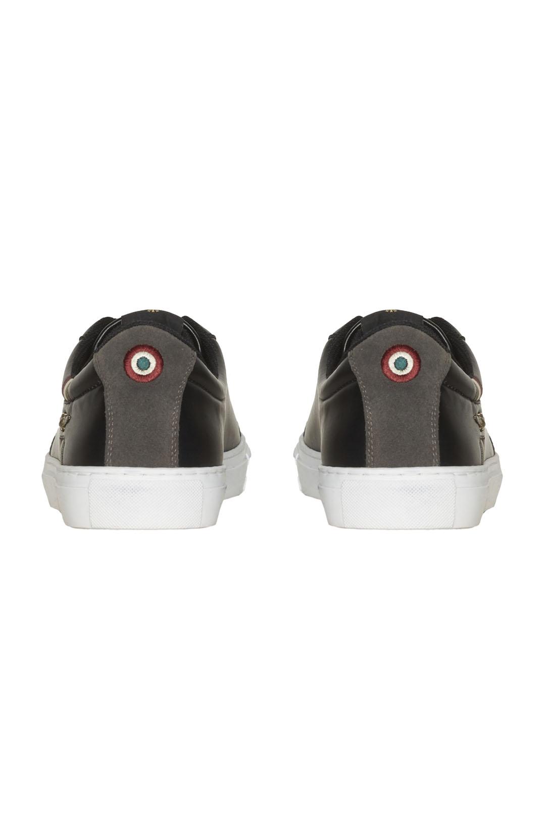 Sneakers mit Trikolor-Detail             3