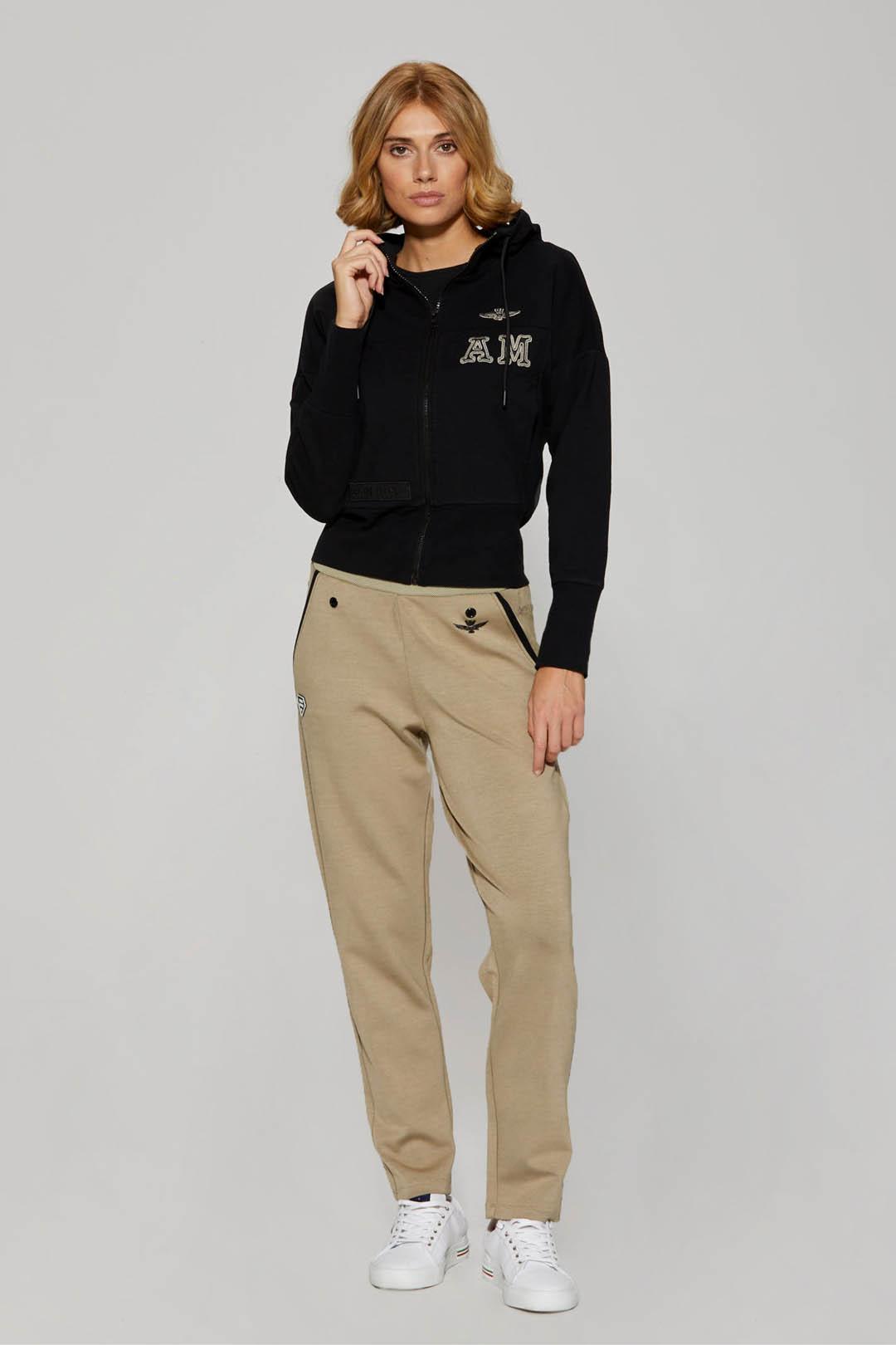 Sweatshirt mit Kapuze und Stickereien    4