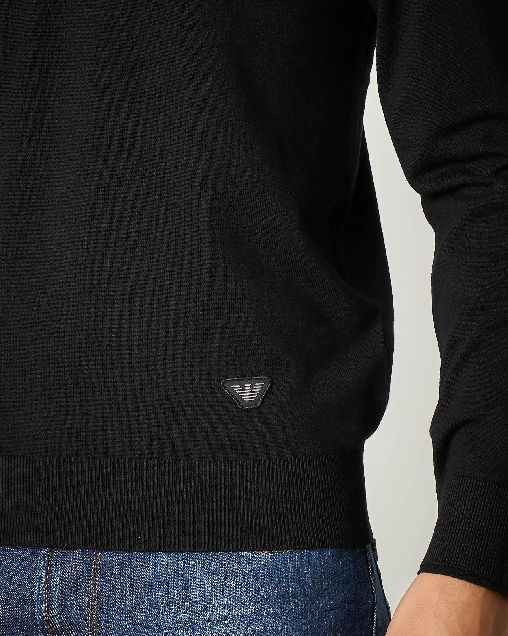 Maglia nera con chiusa colletto zip nascosta