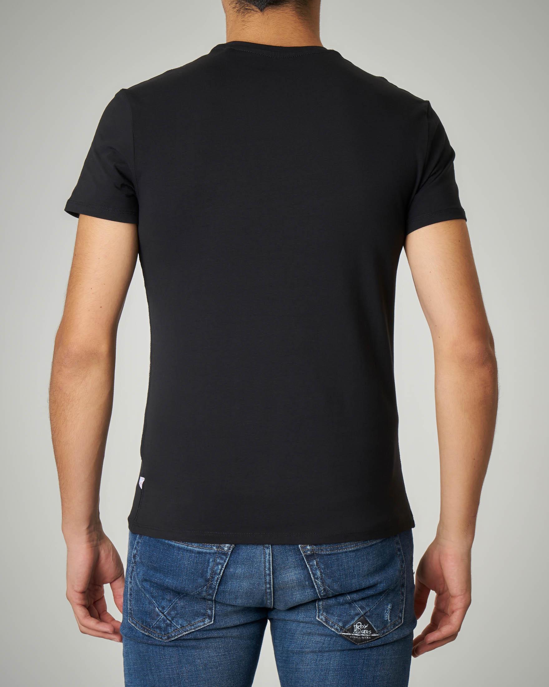 T-shirt nera con logo effetto denim