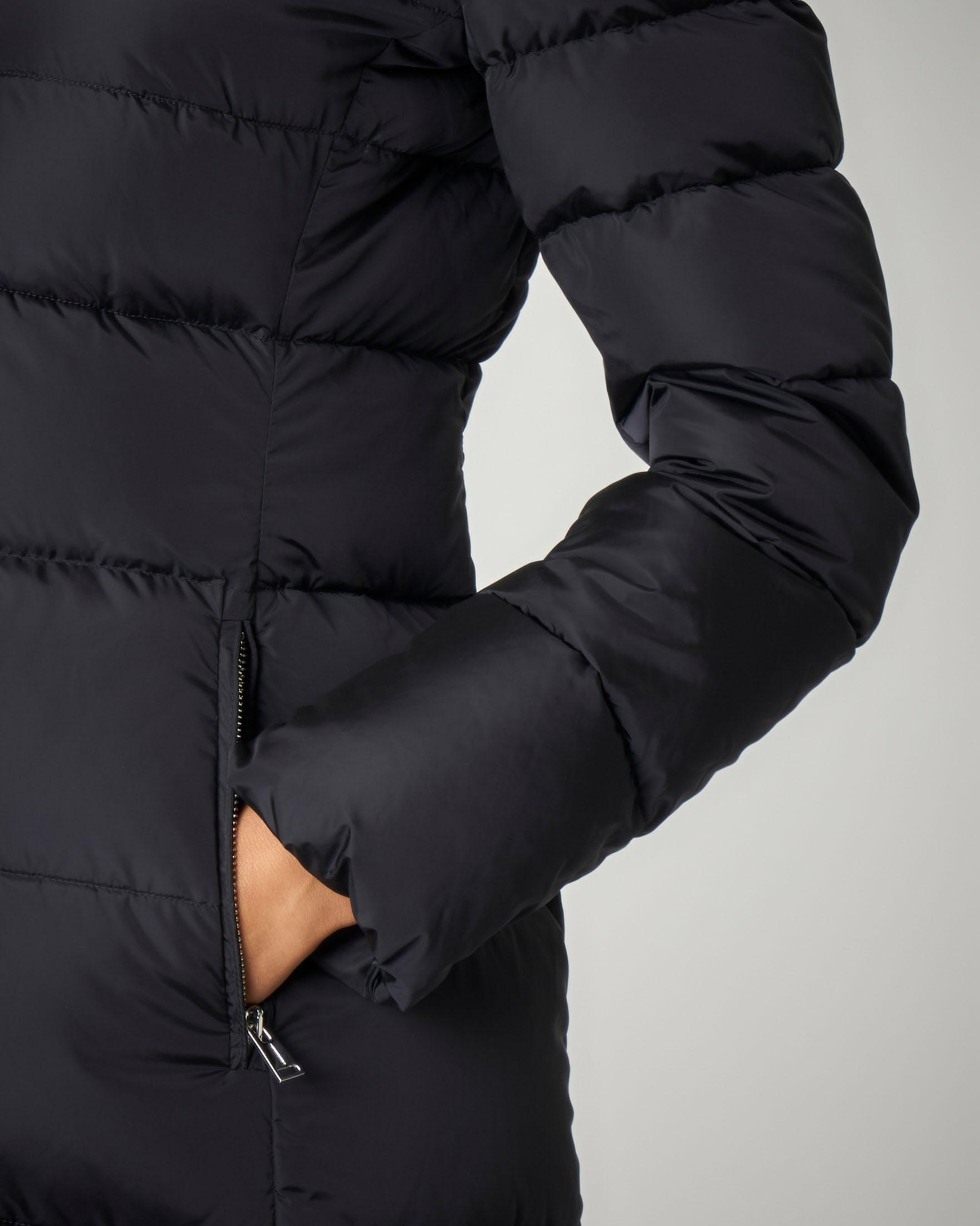 Piumino nero sfiancato con cappuccio rimovibile