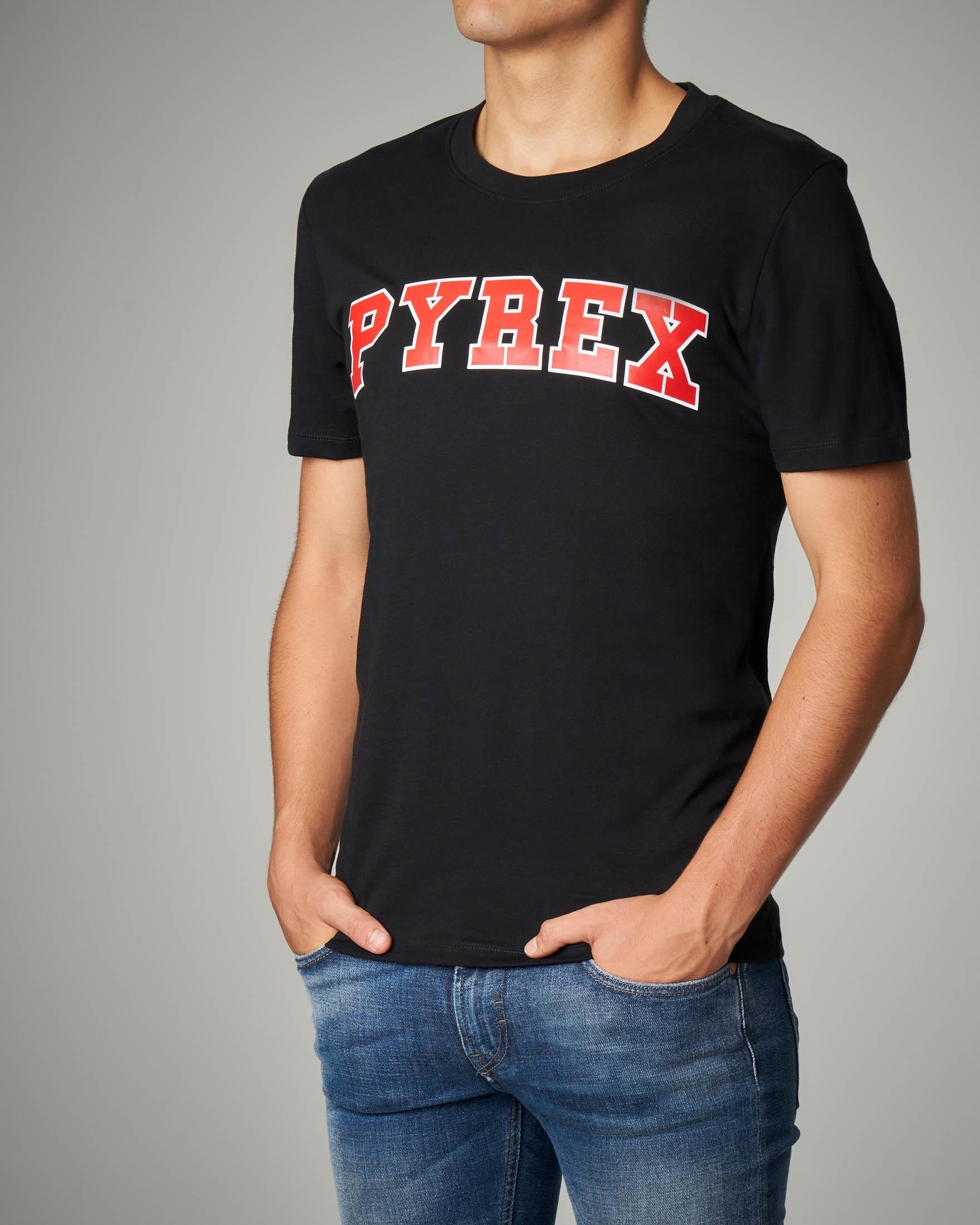 T-shirt nera logo rosso
