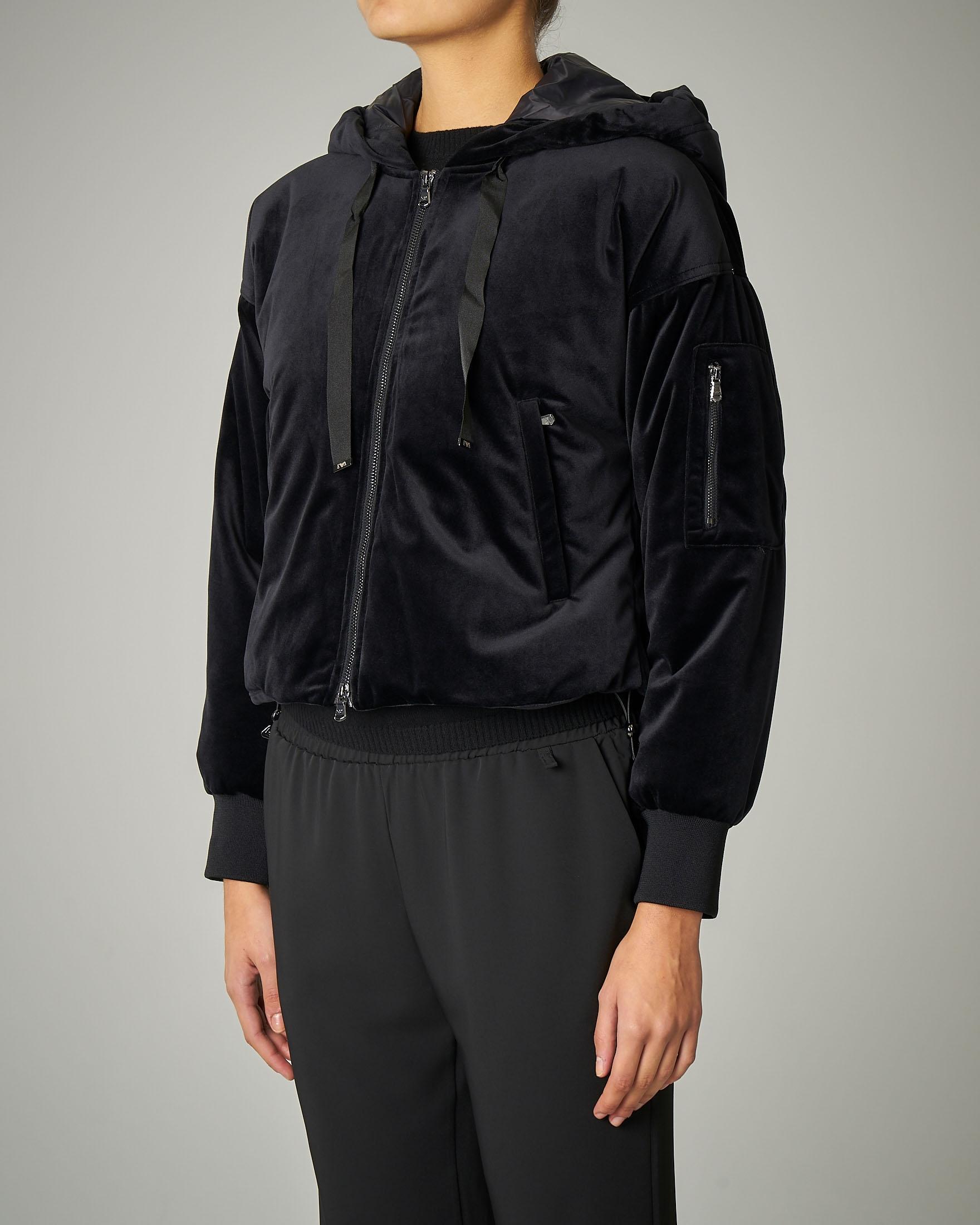 Bomber corto in velluto nero con cappuccio