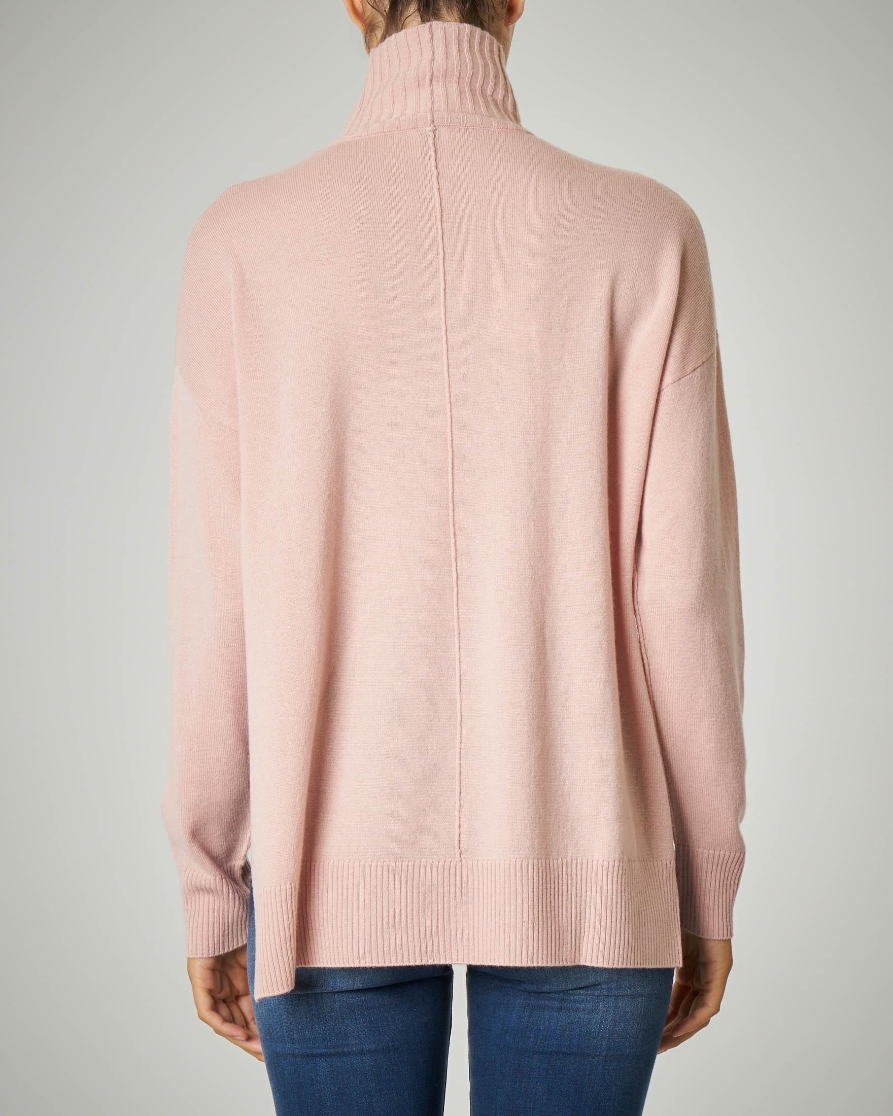 Maglia rosa in lana e cachemire dal volume asimmetrico