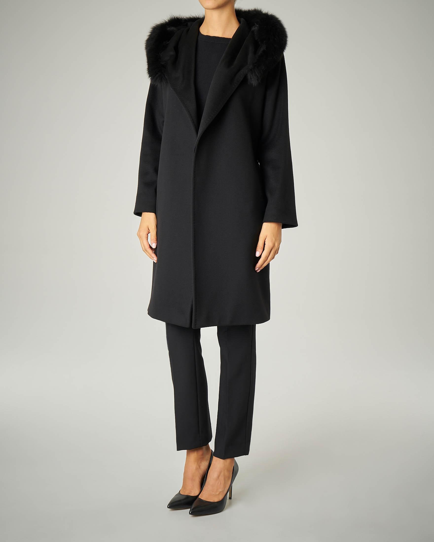 Cappotto nero con cappuccio bordato in volpe