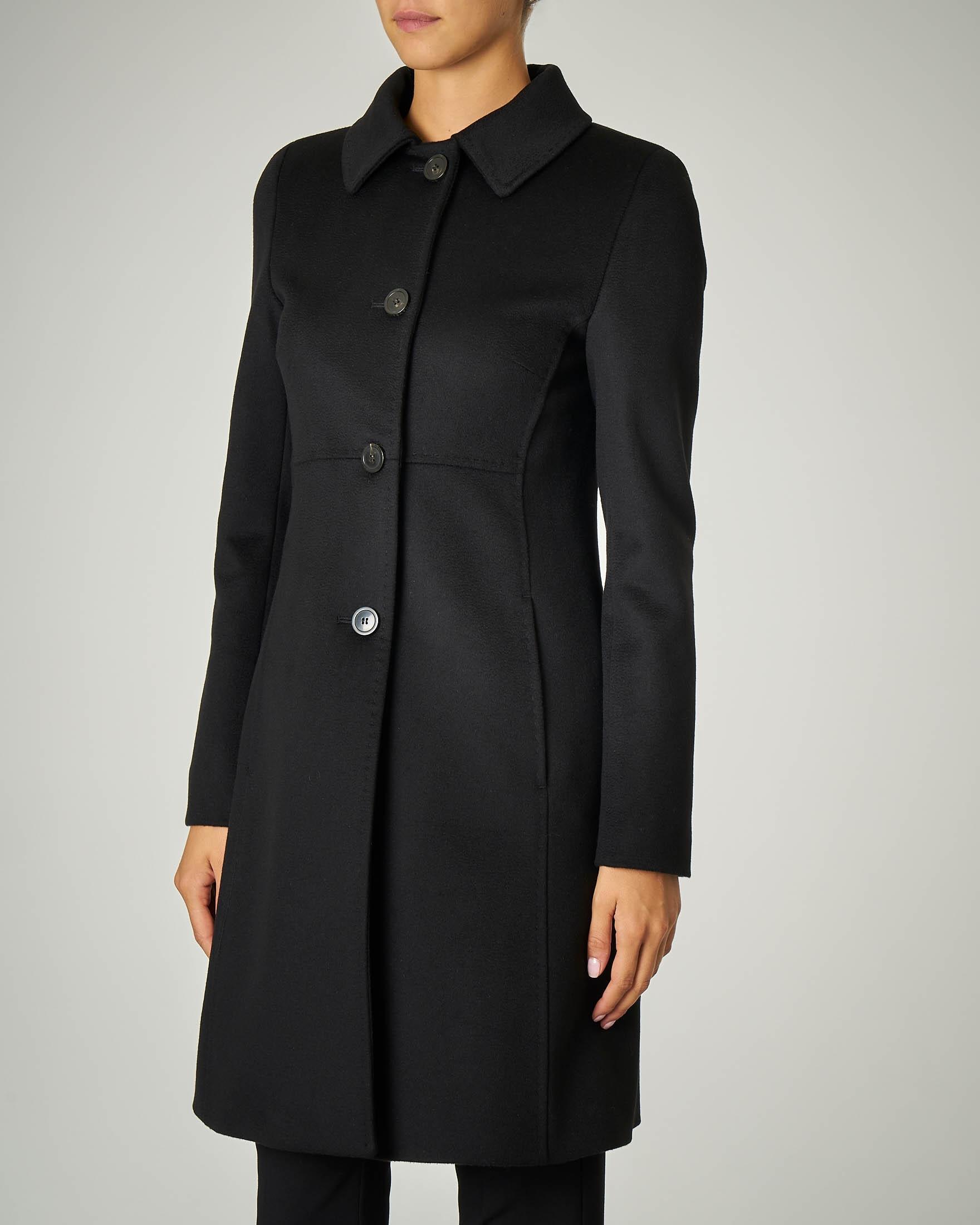 Cappotto nero sfiancato in pura lana.