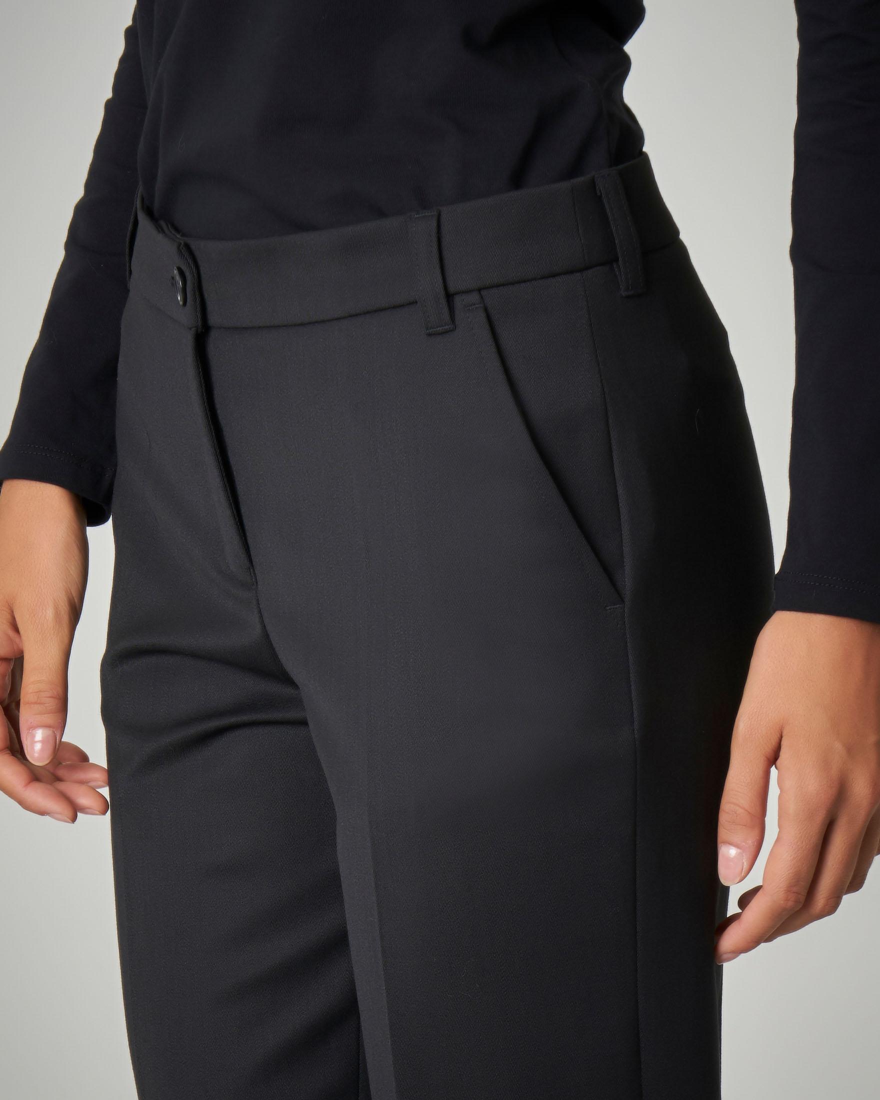 Pantaloni neri a sigaretta con piega
