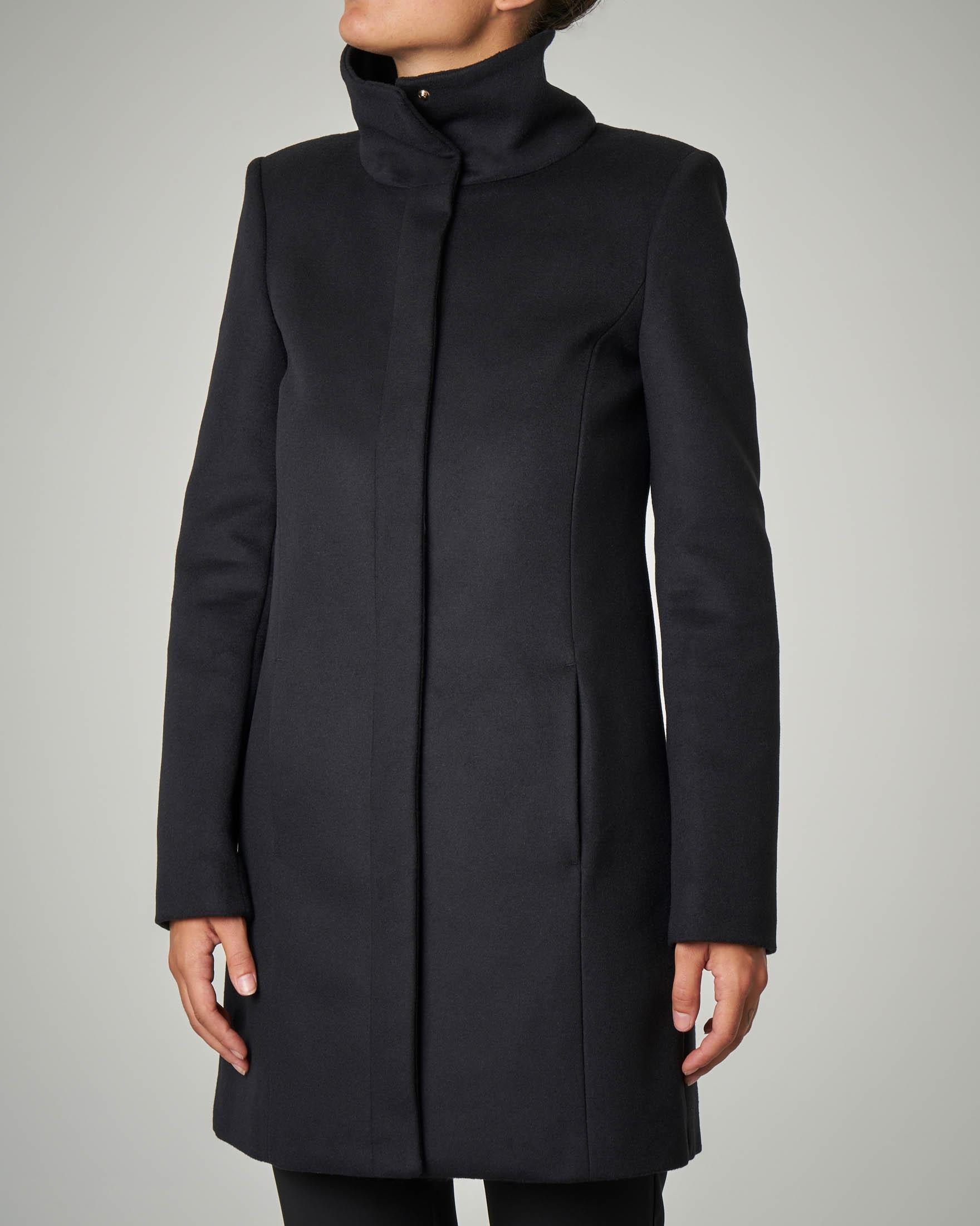 Cappotto nero con collo alto