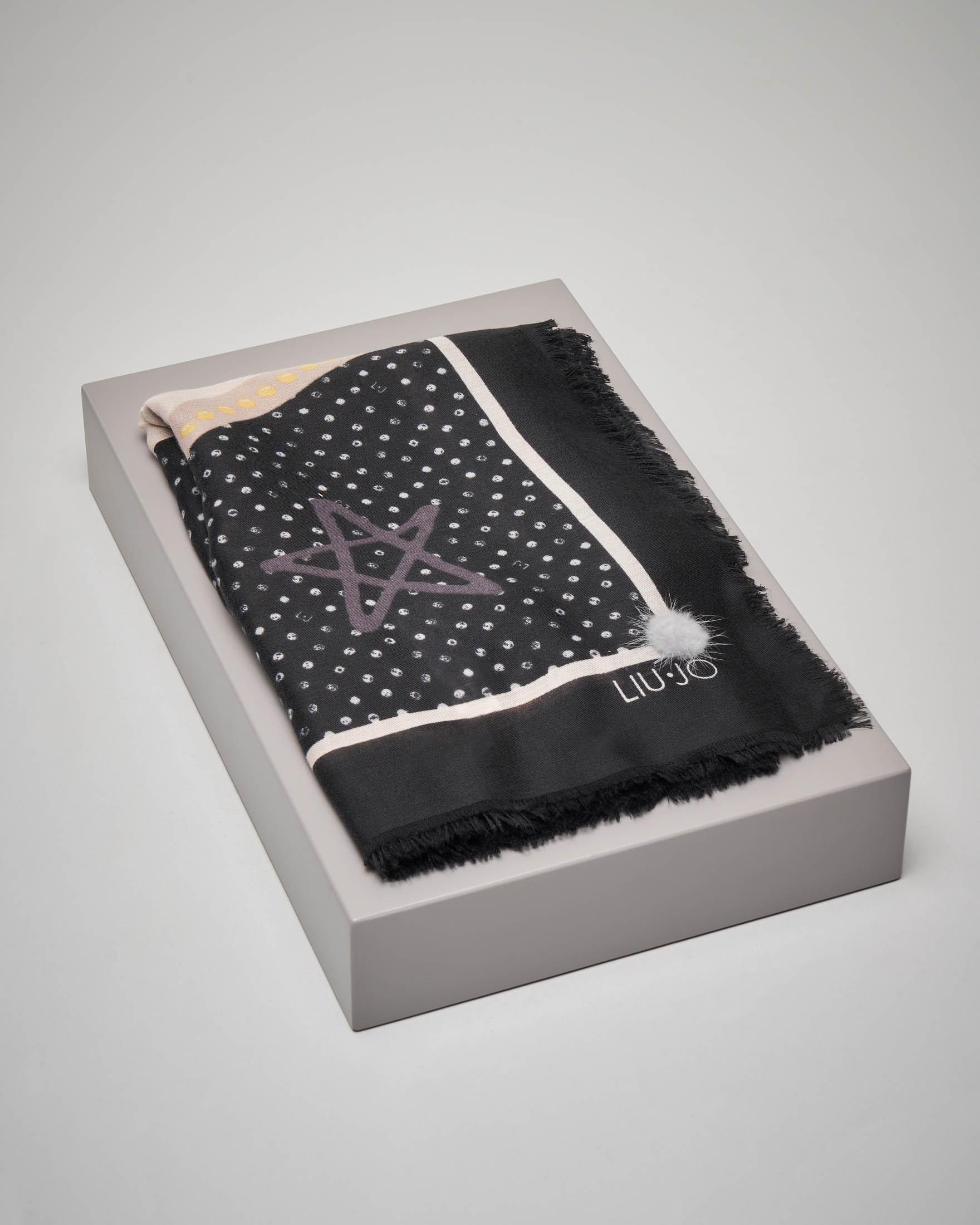 Maxi foulard fantasia logo con riquadro nero e pon pon in pelliccia