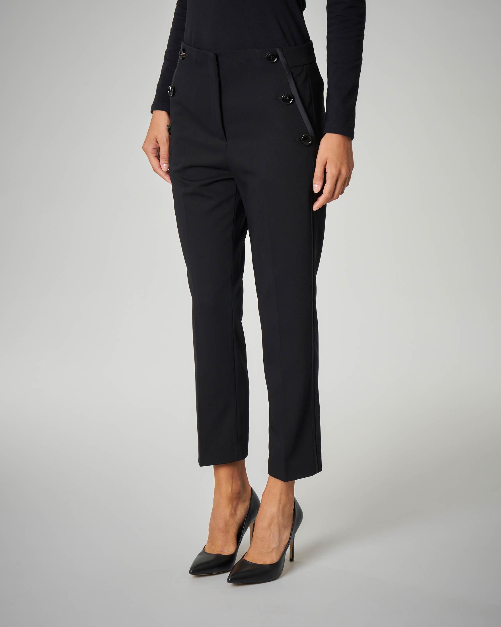Pantalone nero con profili sulla gamba
