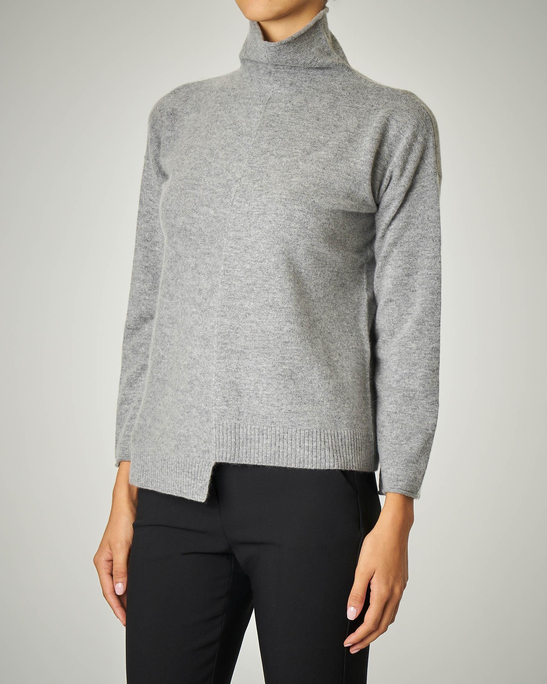 Maglia in lana colore grigio.