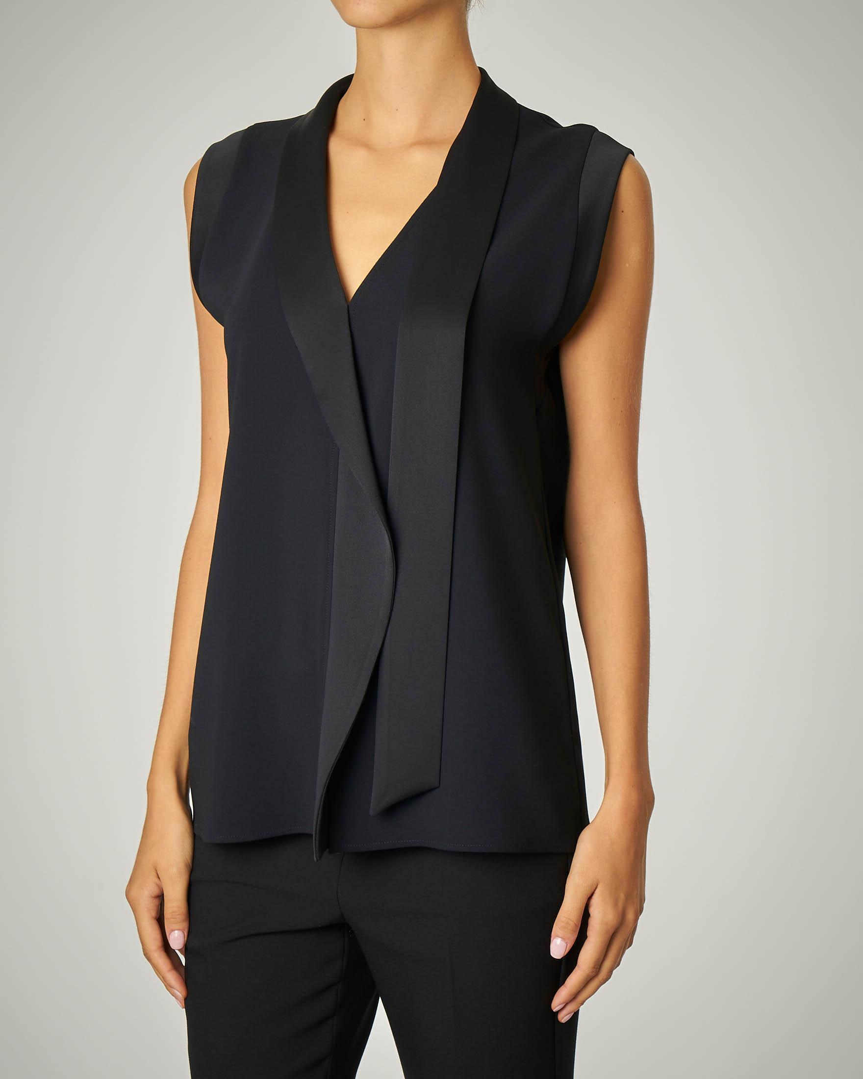 Camicia nera senza maniche e scollo a V