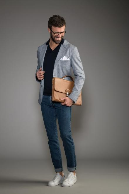 dress code informale uomo jeans scuri maglione camicia