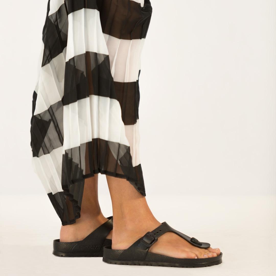 La camicia lunga che fa da vestito di iBlues va bene invece per le feste  sia in città che al mare  con un paio di pantaloncini colorati ca4748acd11