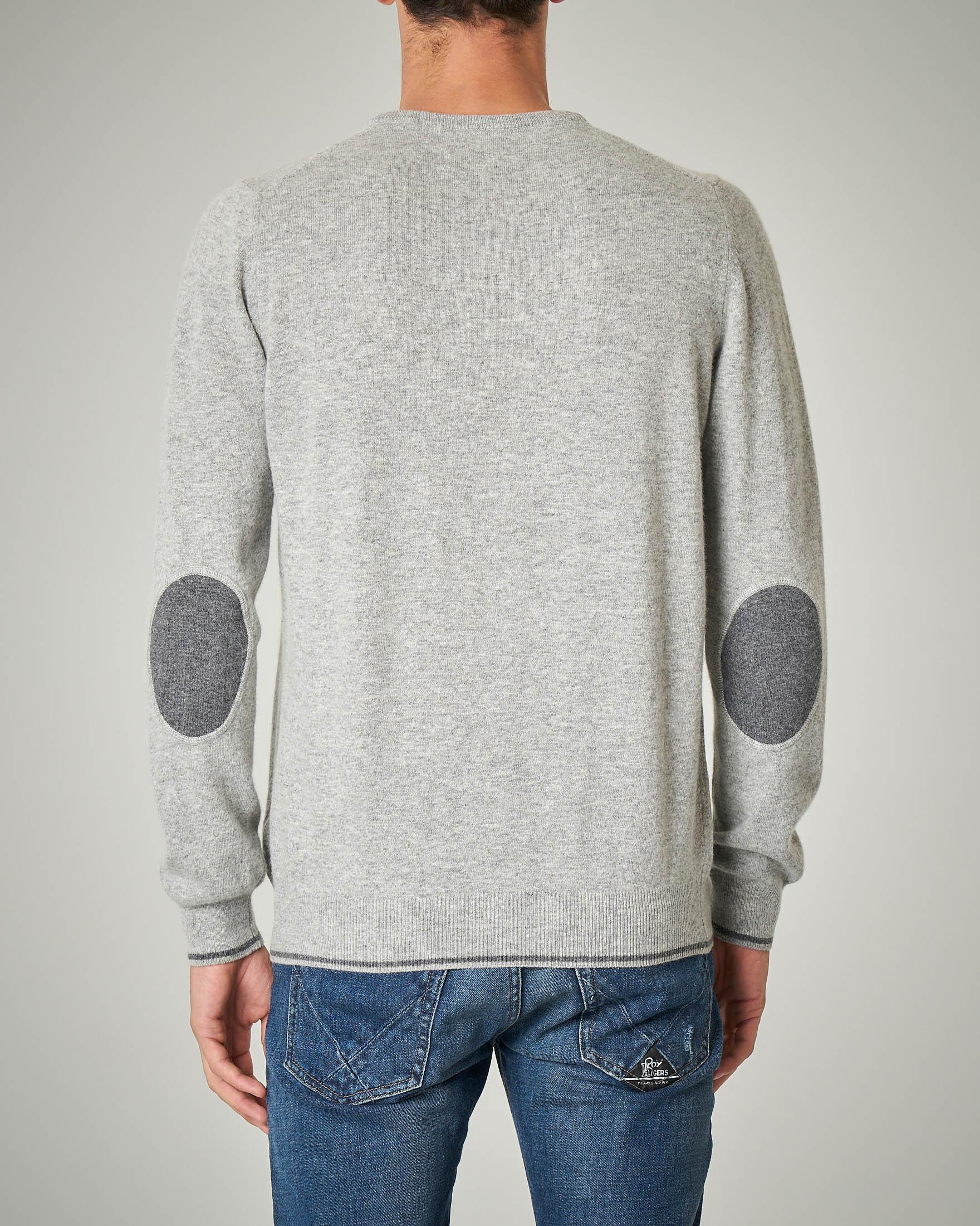 Maglia grigio chiaro girocollo con toppe grigio scuro in contrasto