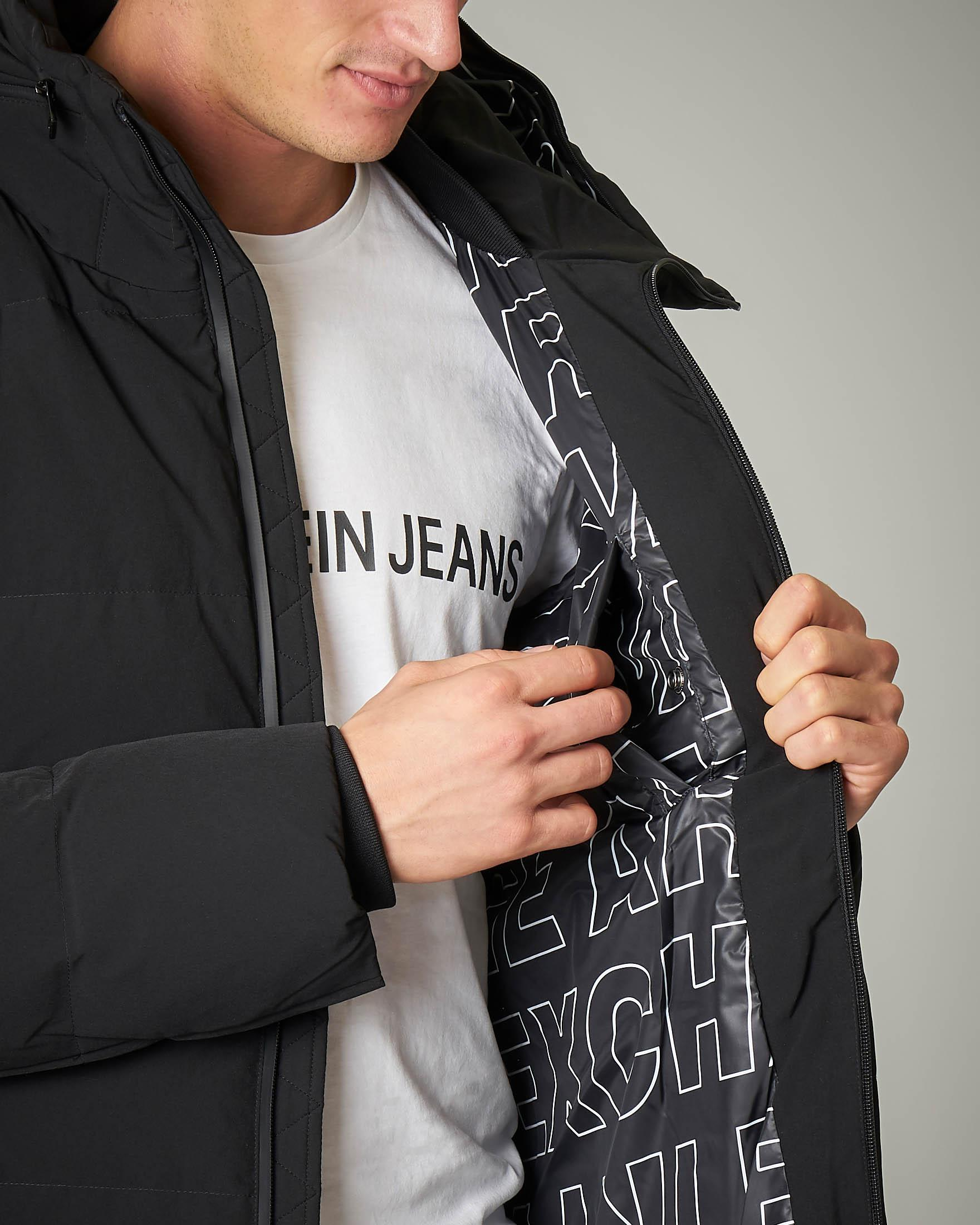 Cappotto nero lungo con collo alto in tessuto stretch