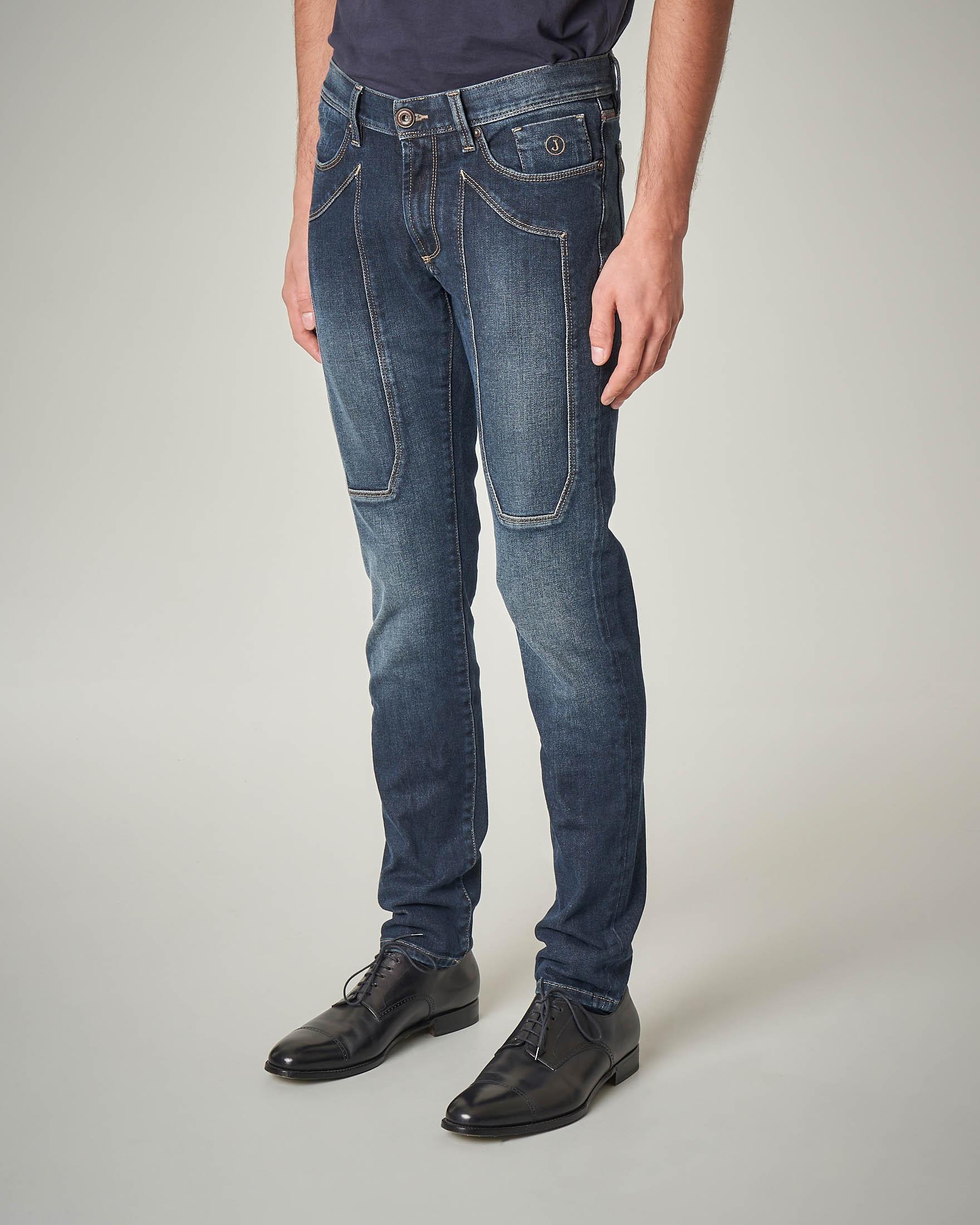 Jeans lavaggio scuro con sbiancature e toppa