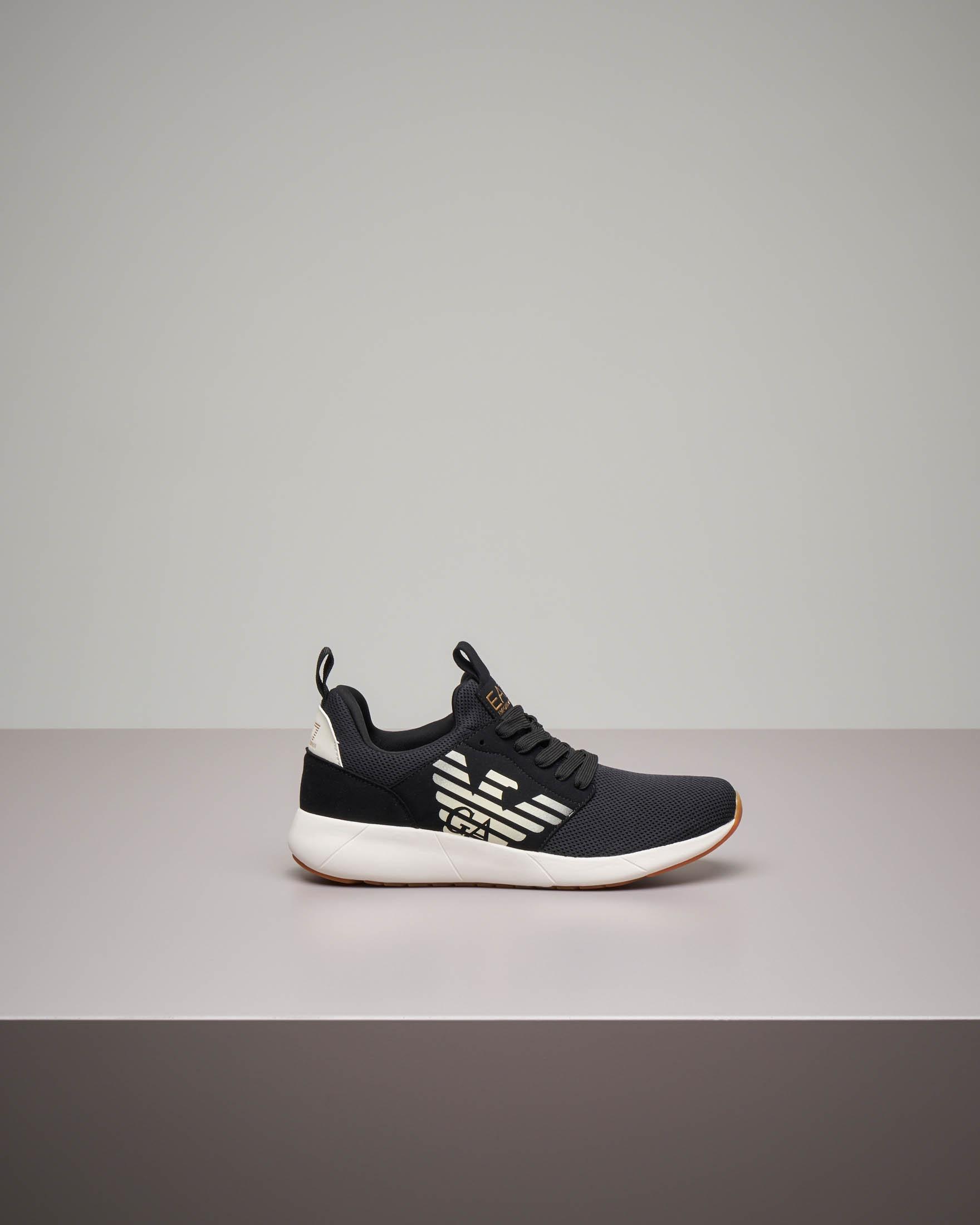 Sneakers nera con tomaia in mesh e logo