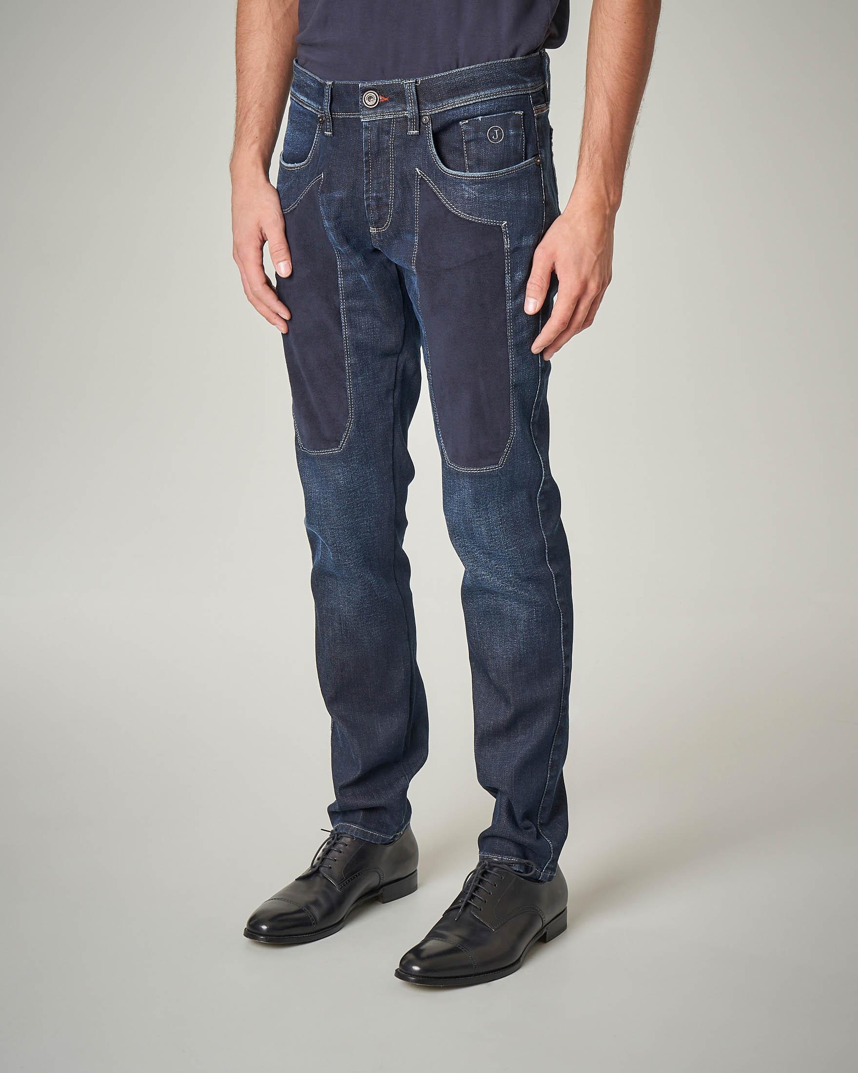 Jeans lavaggio scuro con toppa blu in alcantara