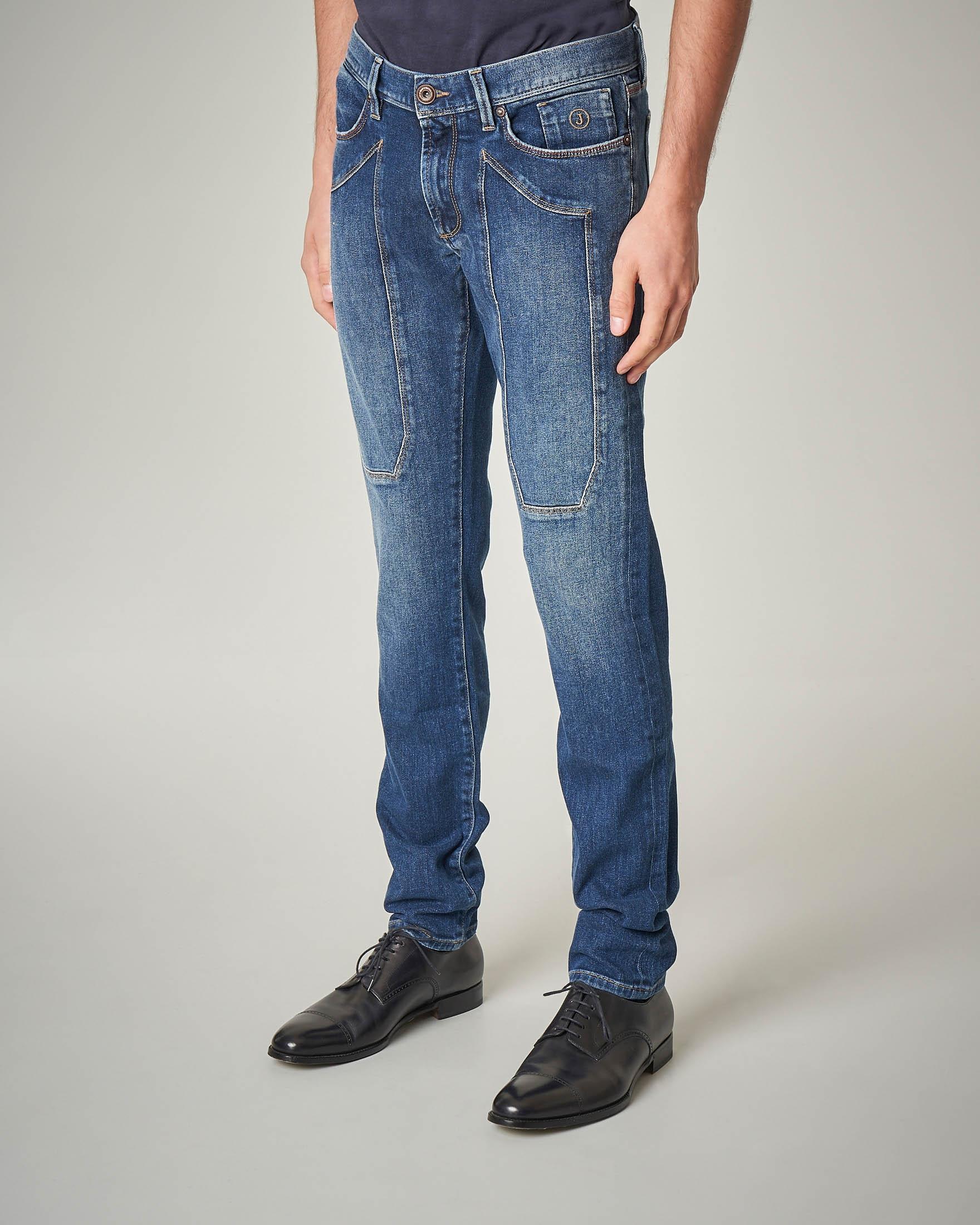 Jeans lavaggio medio-chiaro con toppa