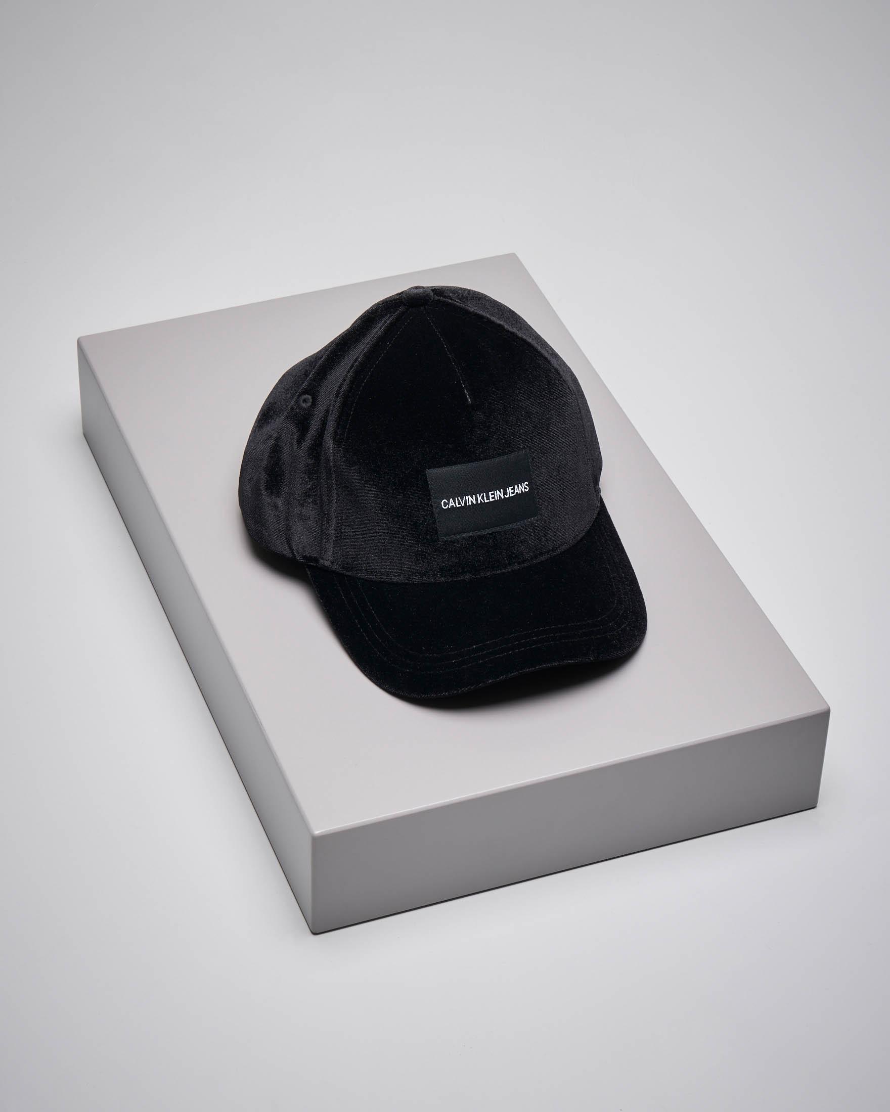Berretto con visiera con logo in velluto nero