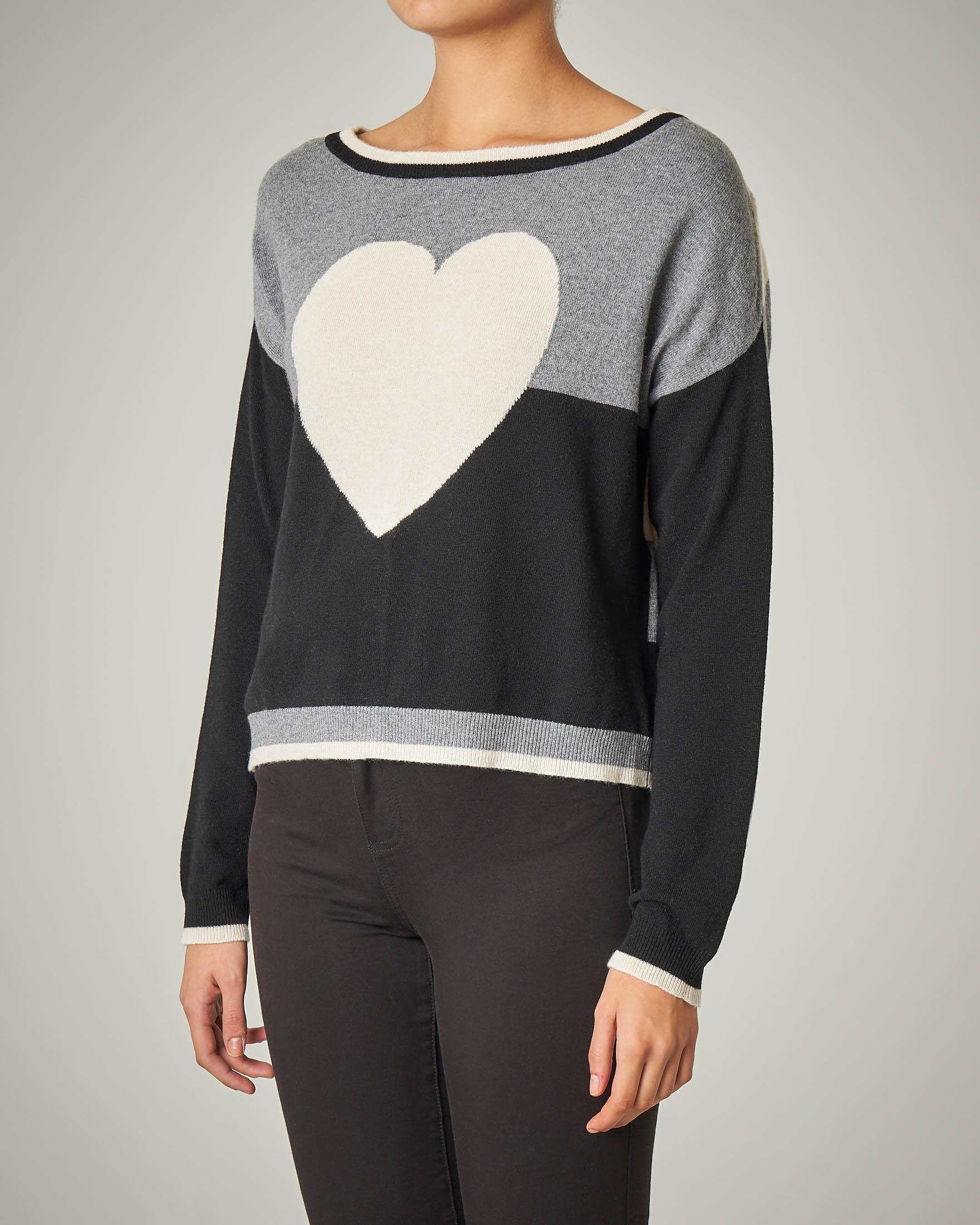 Maglia in lana misto cashmere a righe bianche e nere con ricamo a cuore