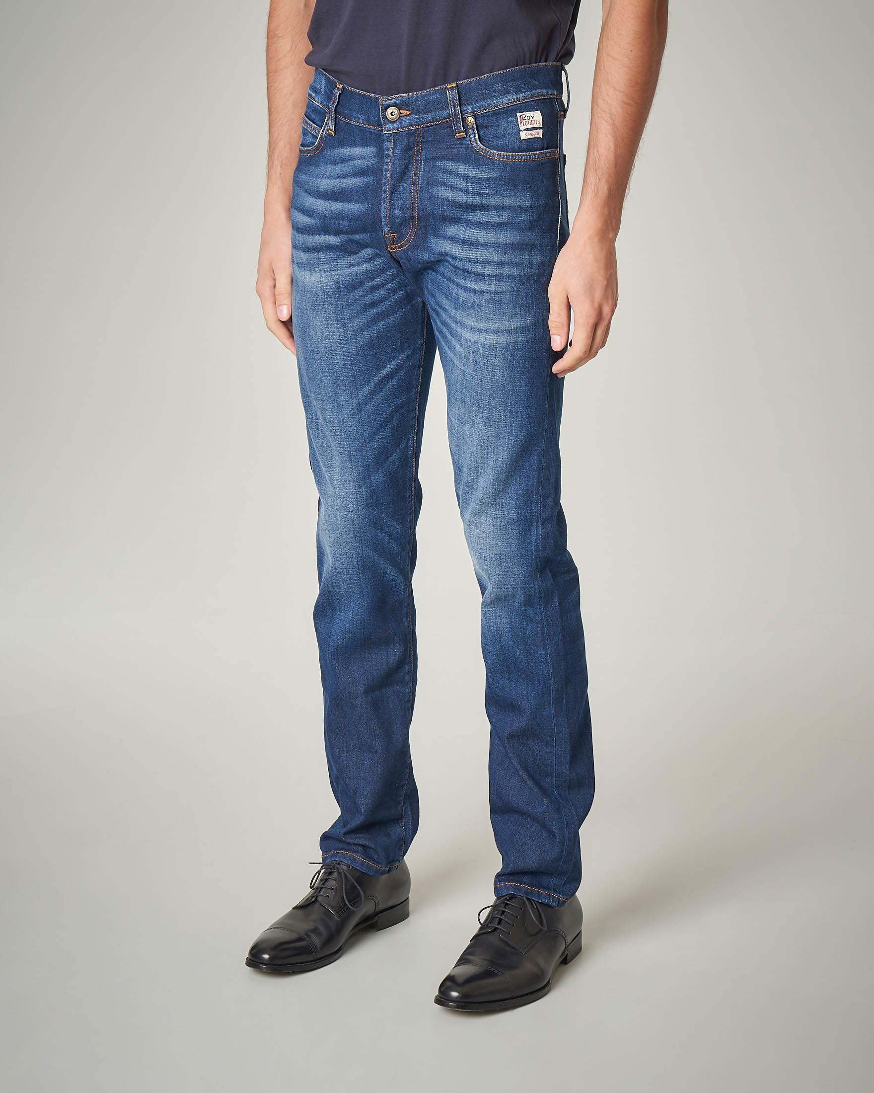 Jeans lavaggio medio con baffature e vita alta