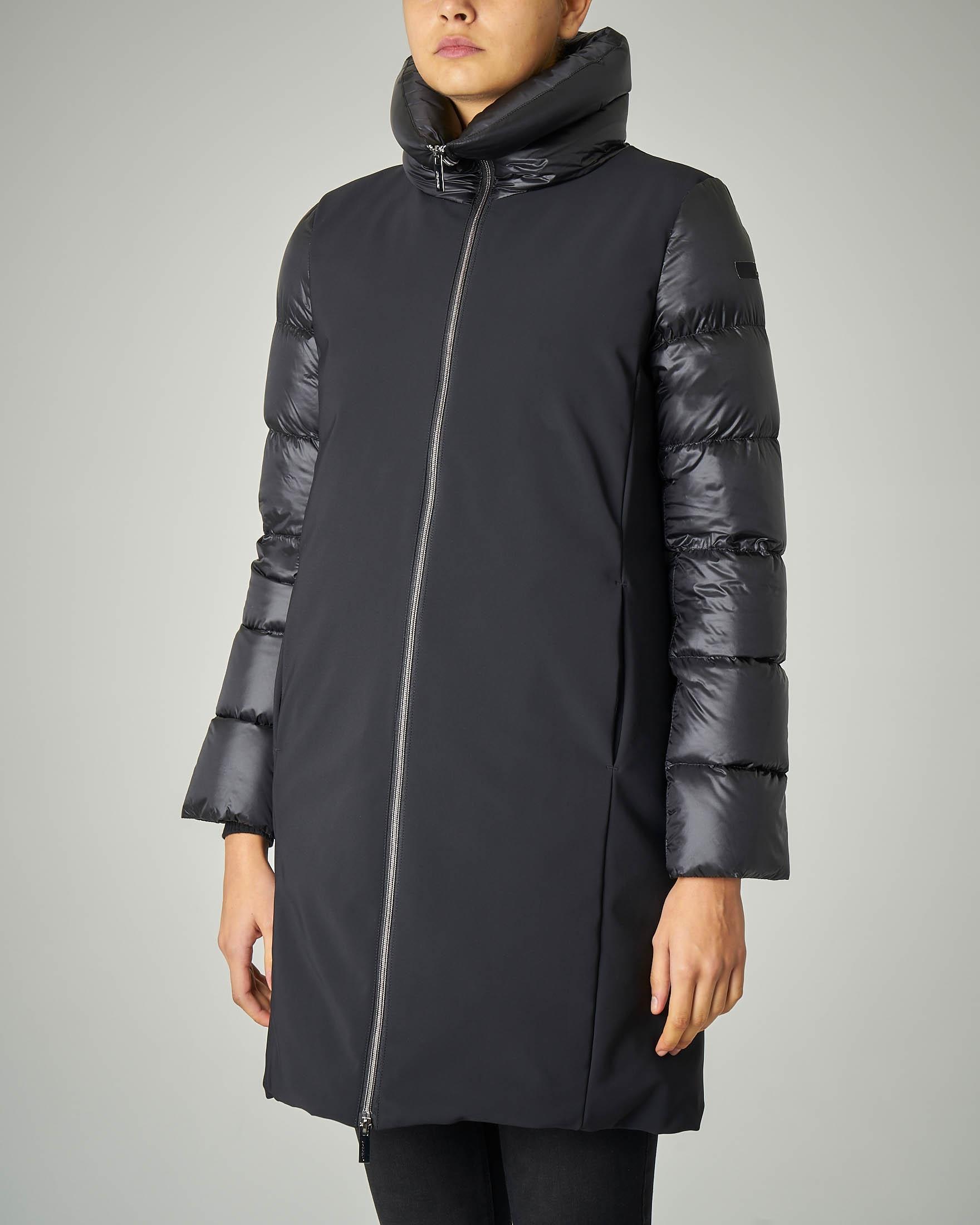Cappotto imbottito lungo nero con maniche e collo trapuntati