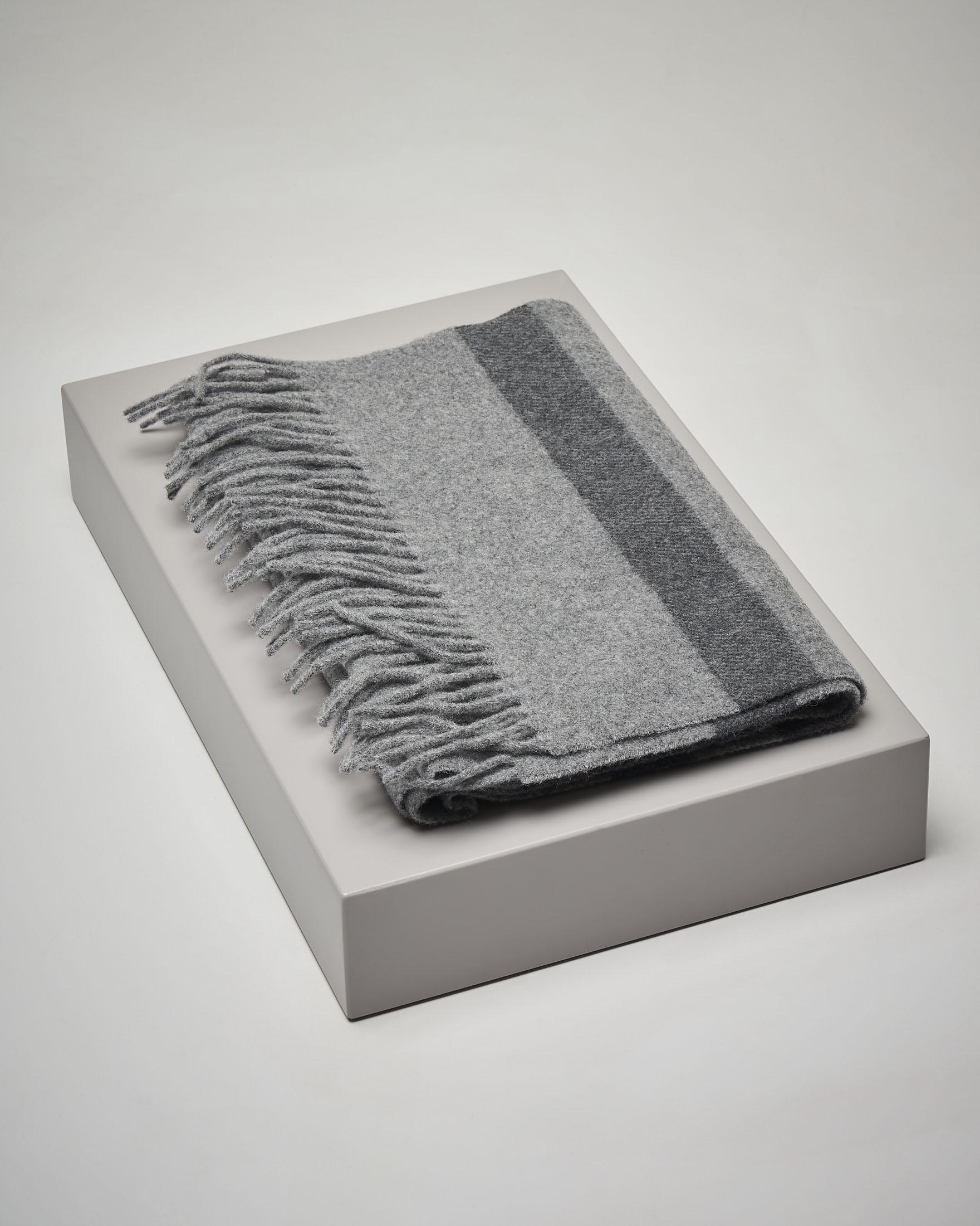 Sciarpa in lana grigia a righe con frange