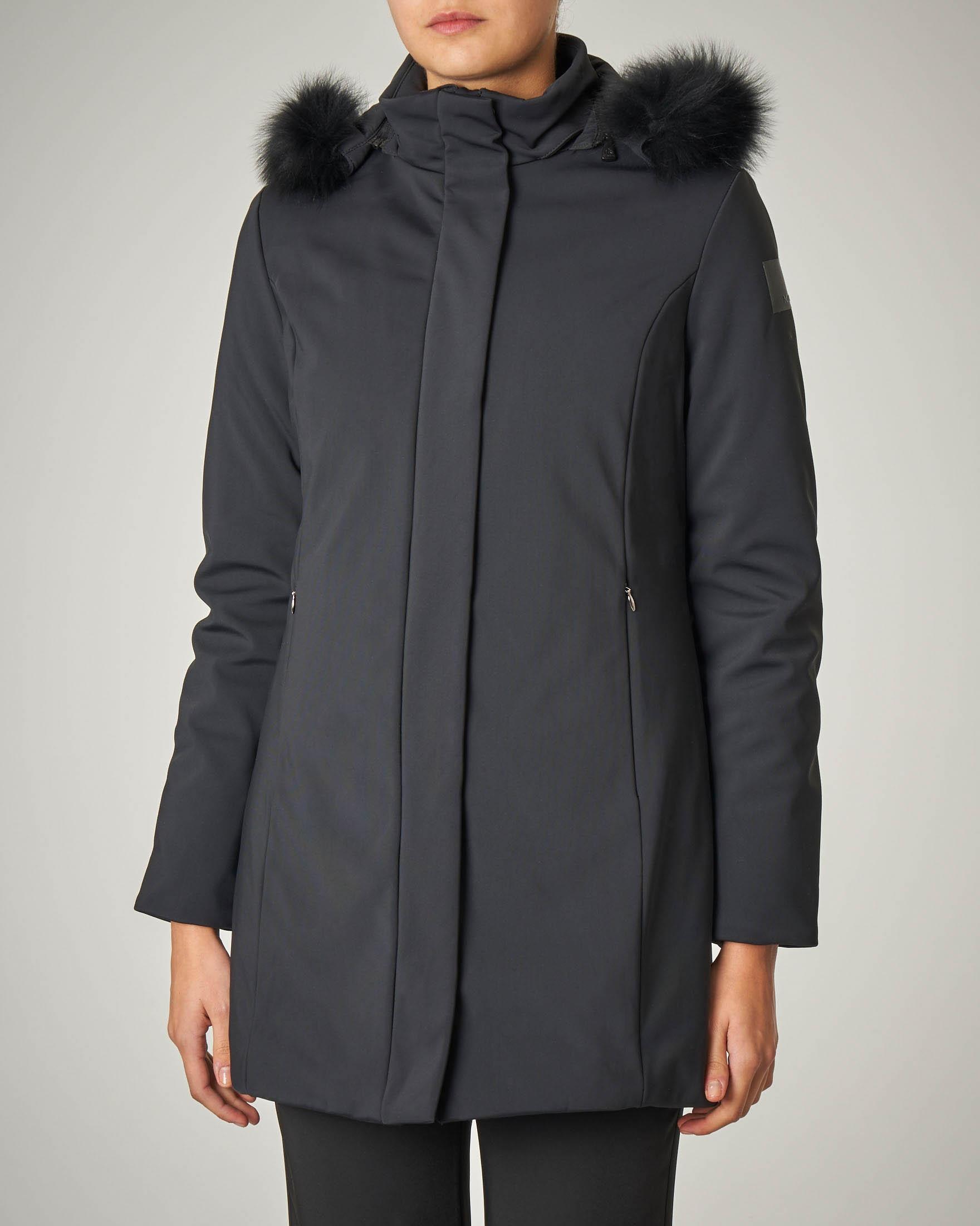 Cappotto nero imbottito con cappuccio con bordo in volpe