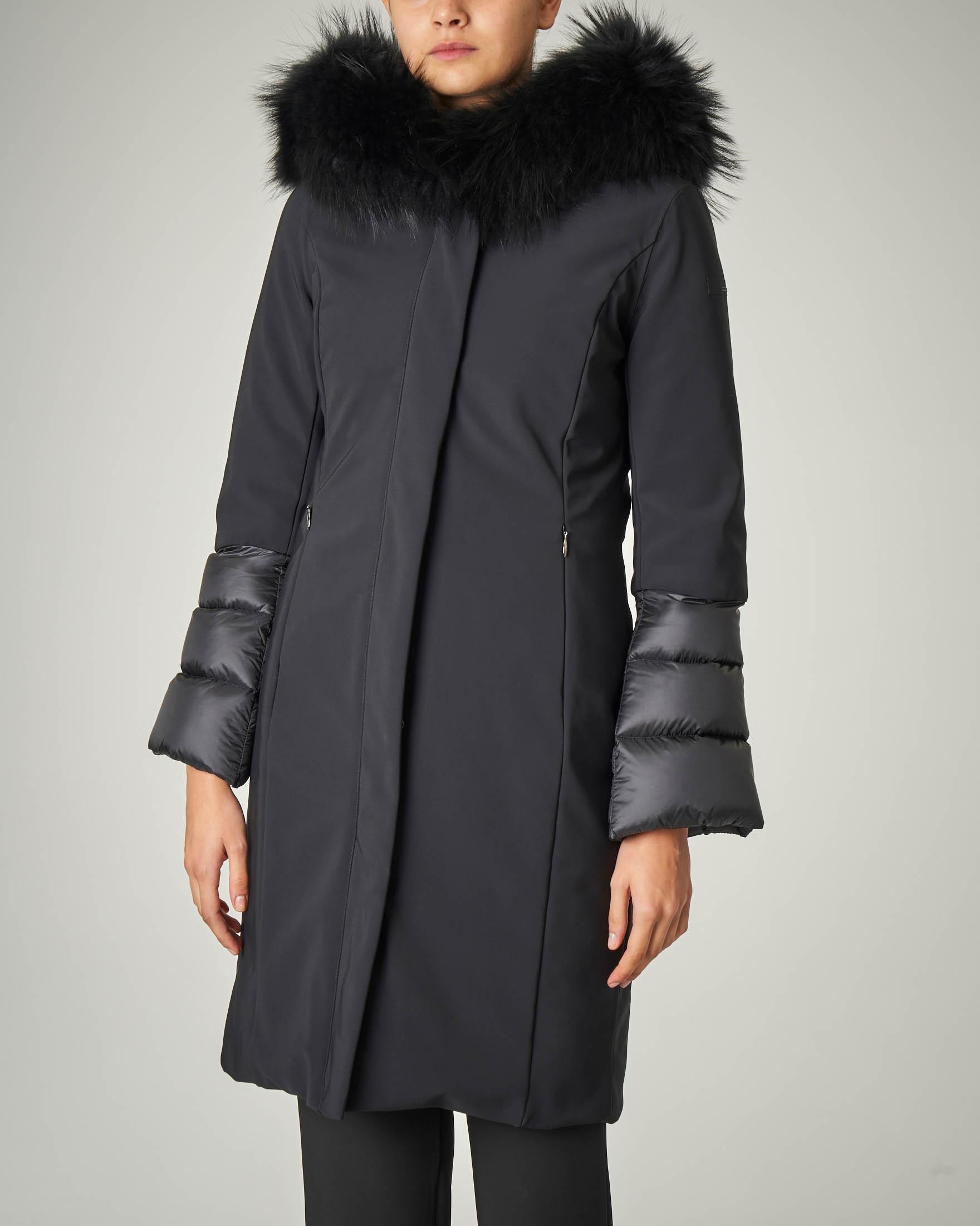 Cappotto lungo nero con maniche e cappuccio trapuntati