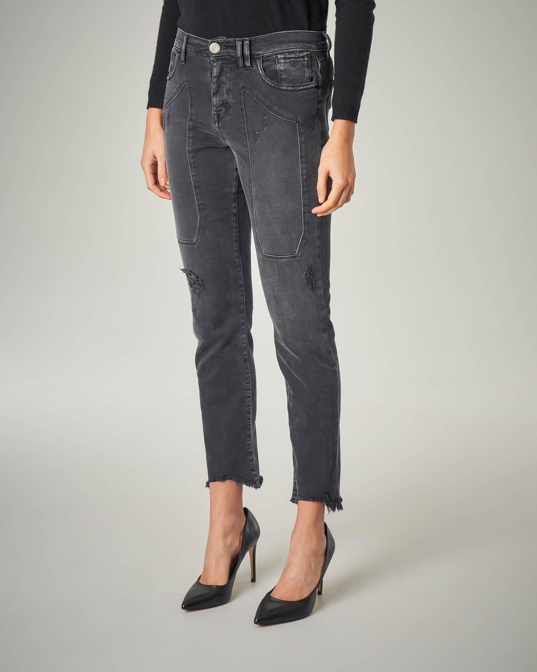 Jeans neri sfrangiati con abrasioni