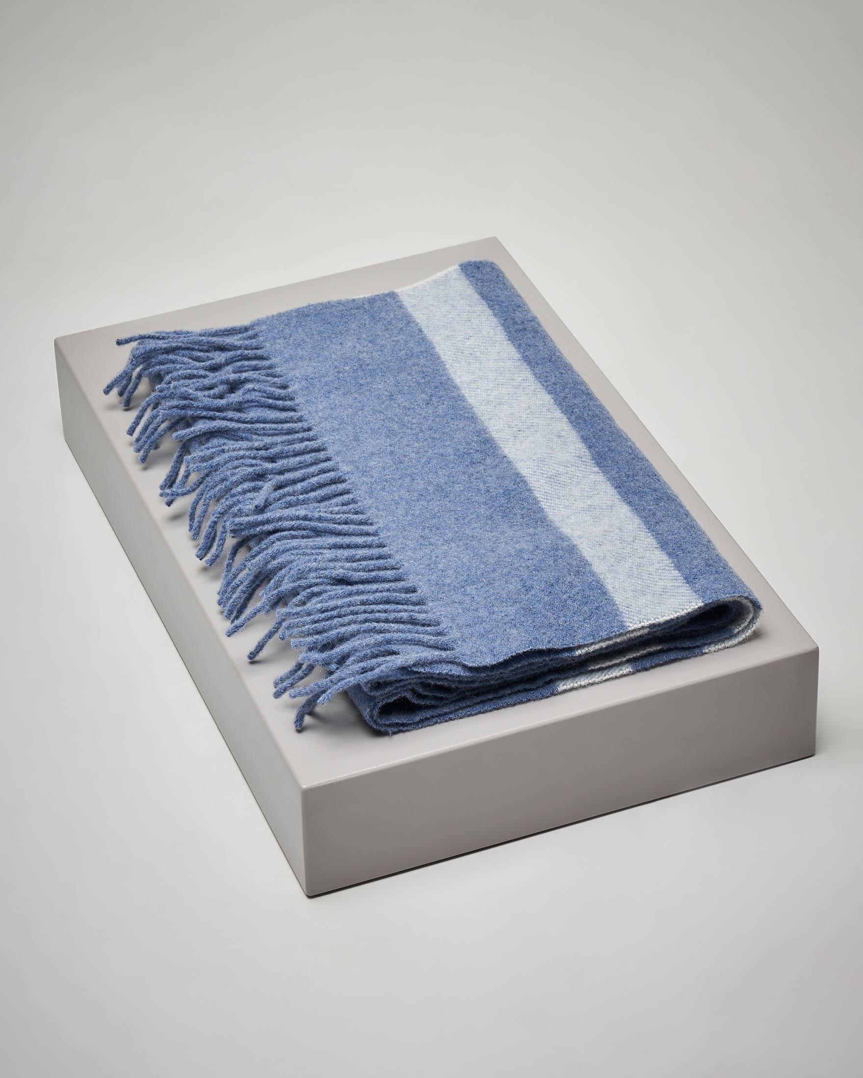 Sciarpa azzurra in lana a righe avio con frange