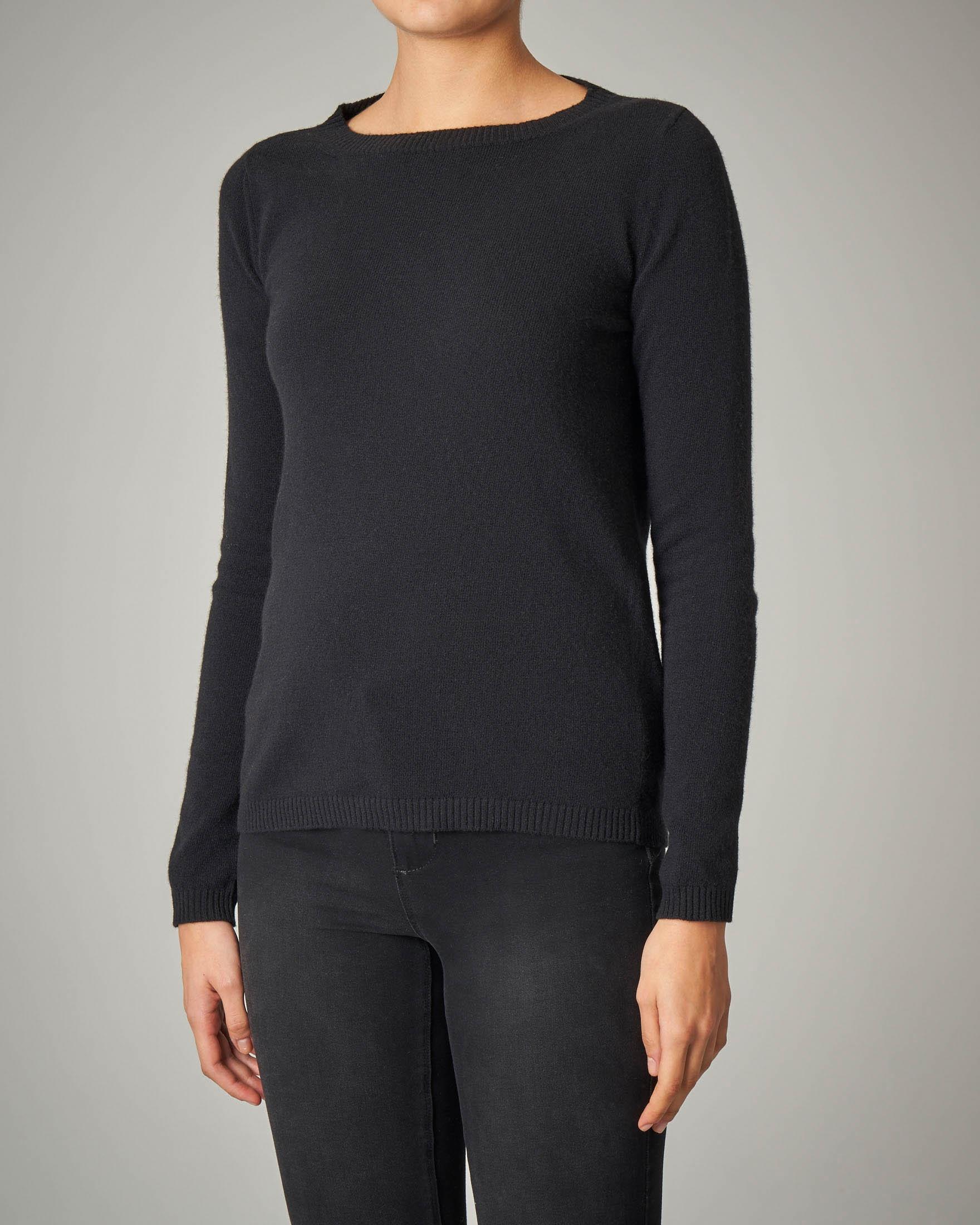 Maglia nera girocollo in lana vergine